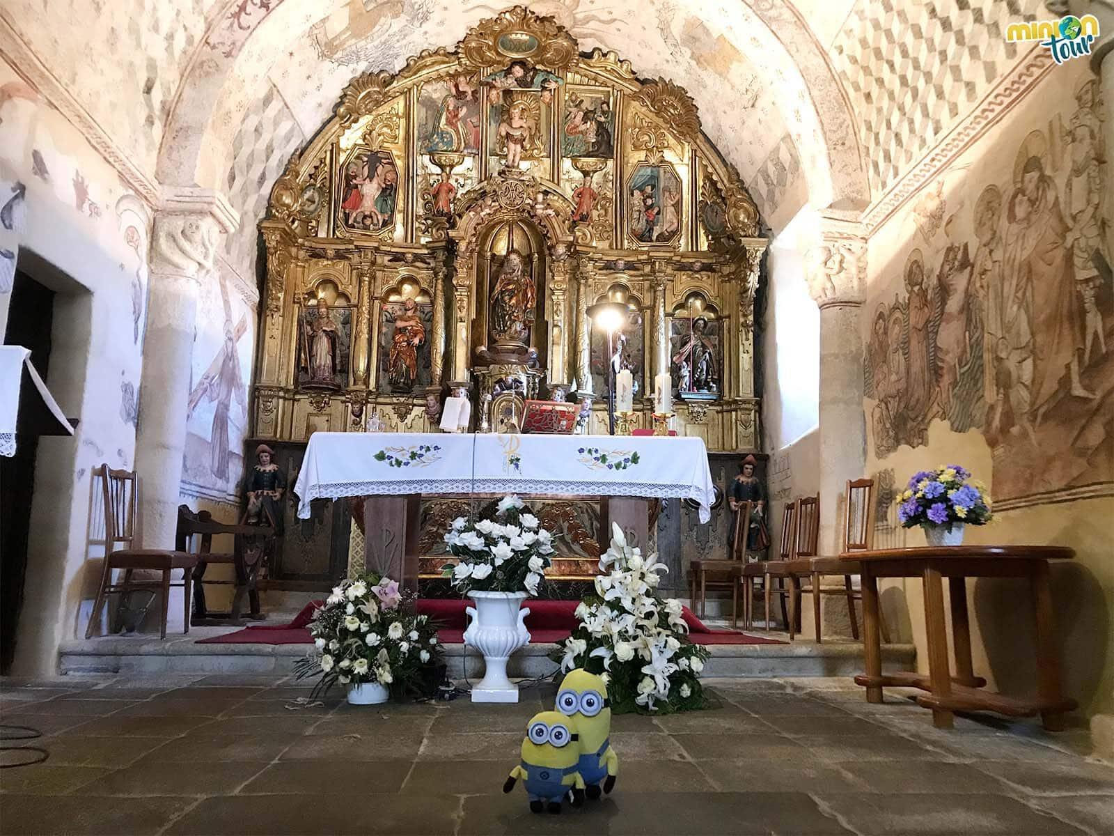 Los Minions con las pinturas de la bóveda de Santa María de Nogueira de Miño