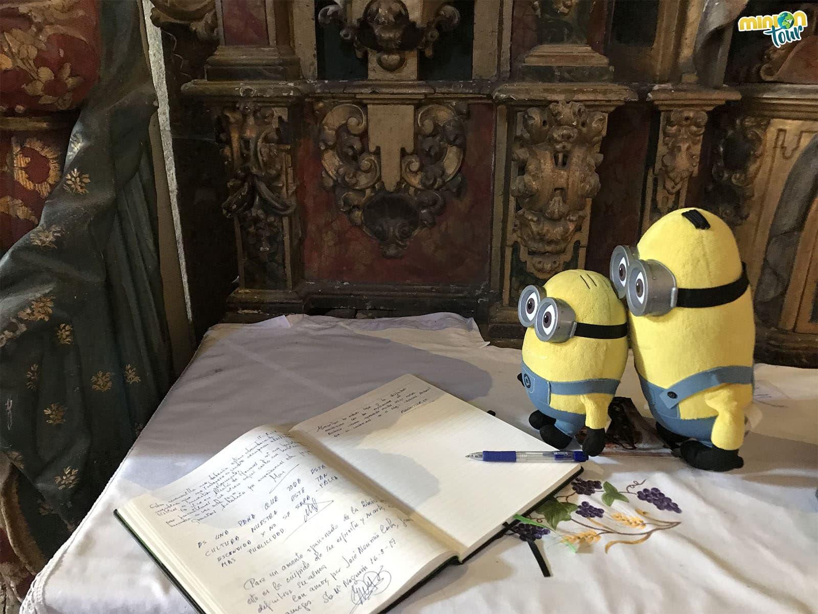 Los Minions firmando en el libro de visitas de Santa María de Nogueira