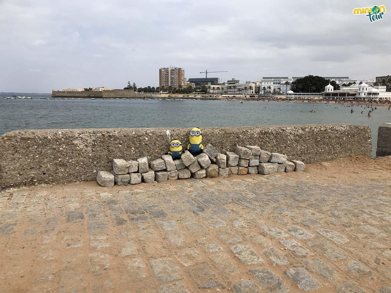 Los Minions con Cádiz al fondo