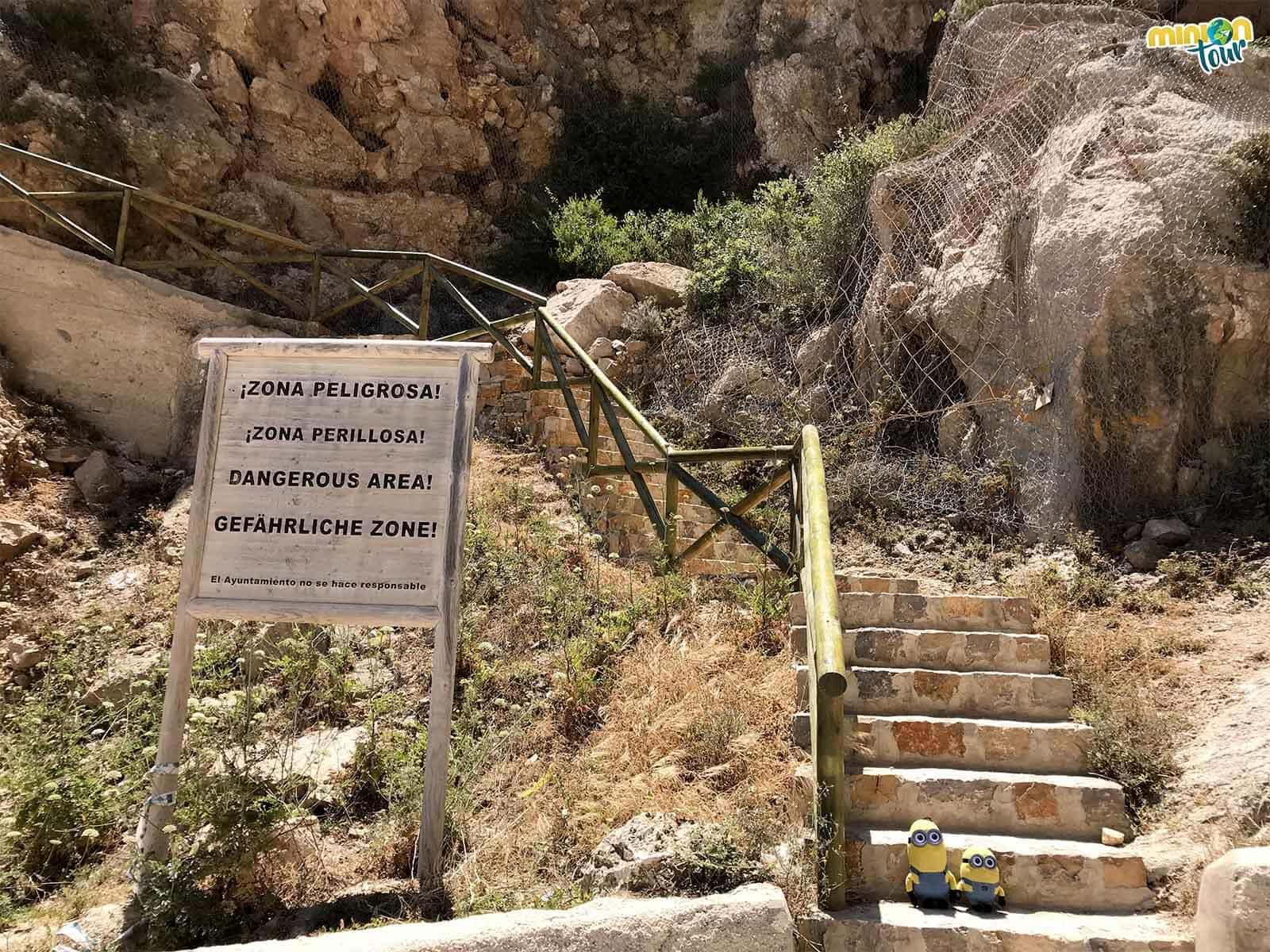 Estas escaleras llevan al mirador de la Cala del Moraig