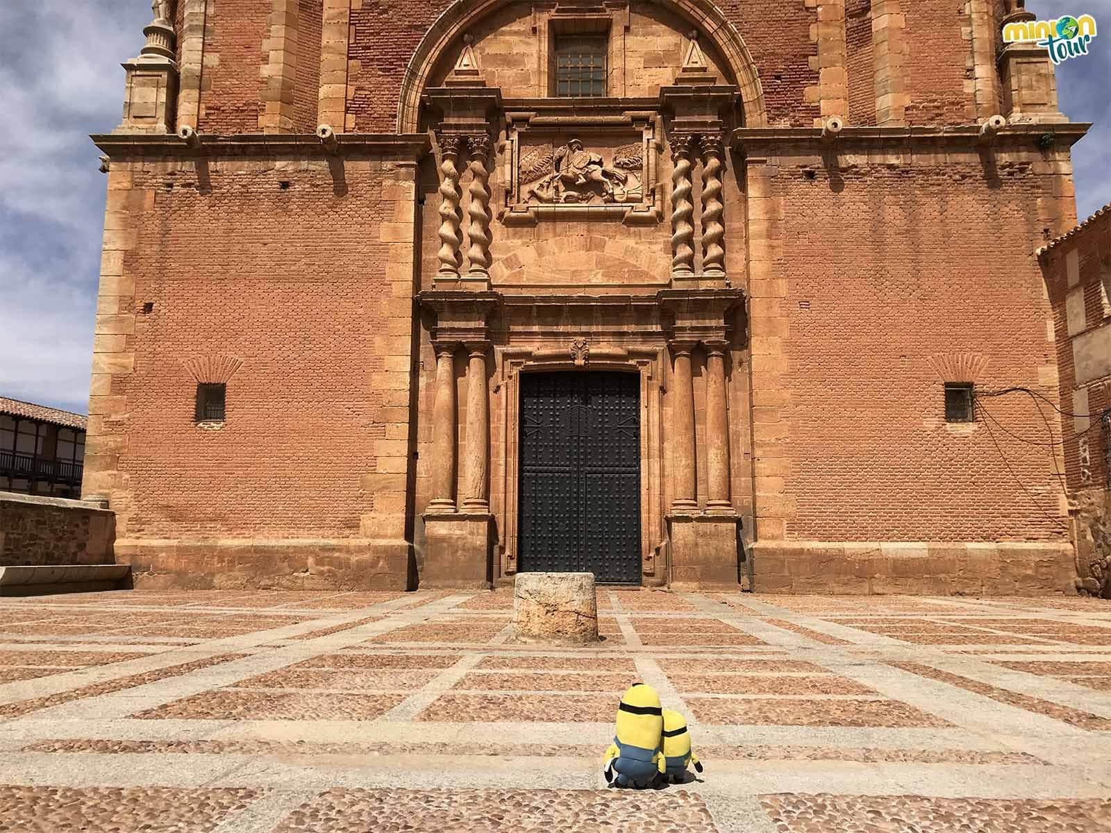 Admirando las portadas de la iglesia de San Carlos del Valle