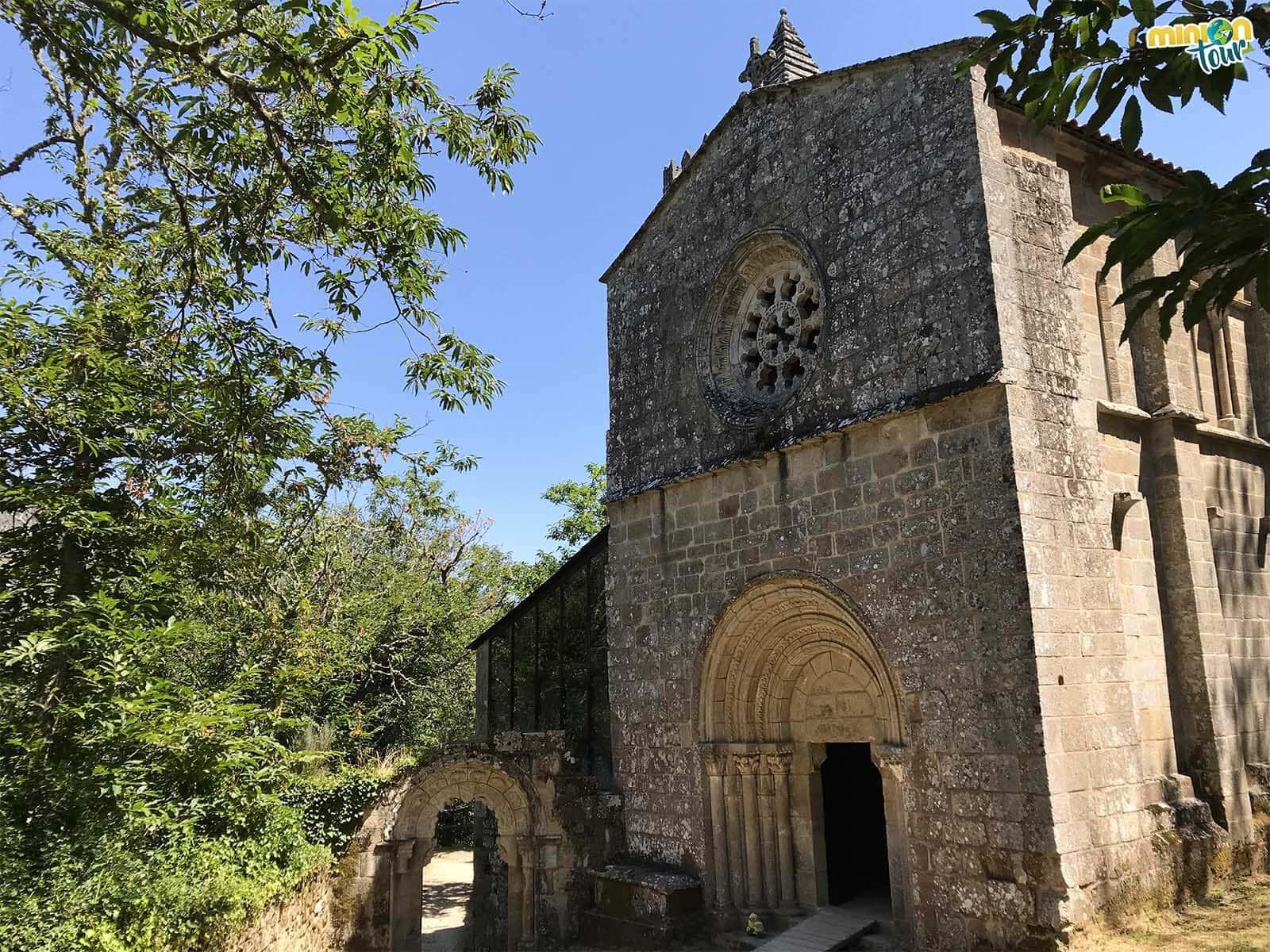 Los Minions a puntito de entrar en la iglesia del monasterio