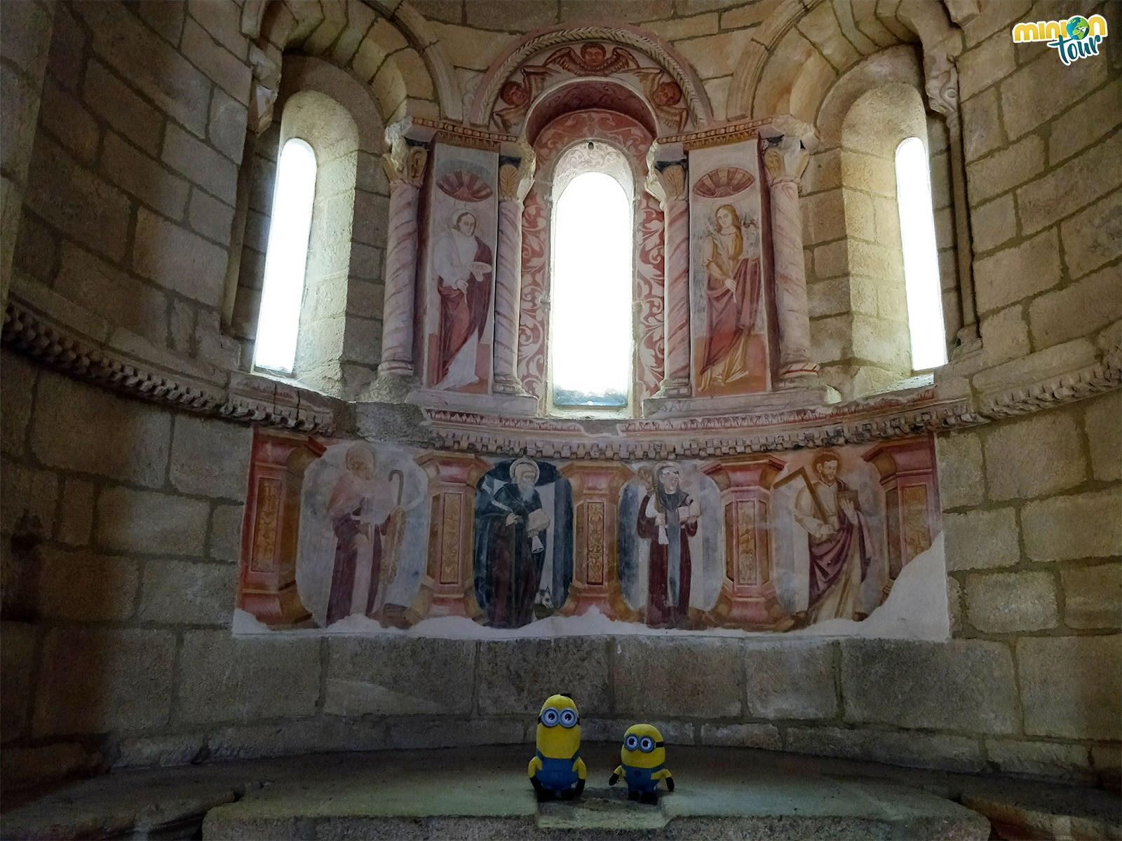 Viendo las pinturas murales de la iglesia de este monasterio que está en Parada de Sil