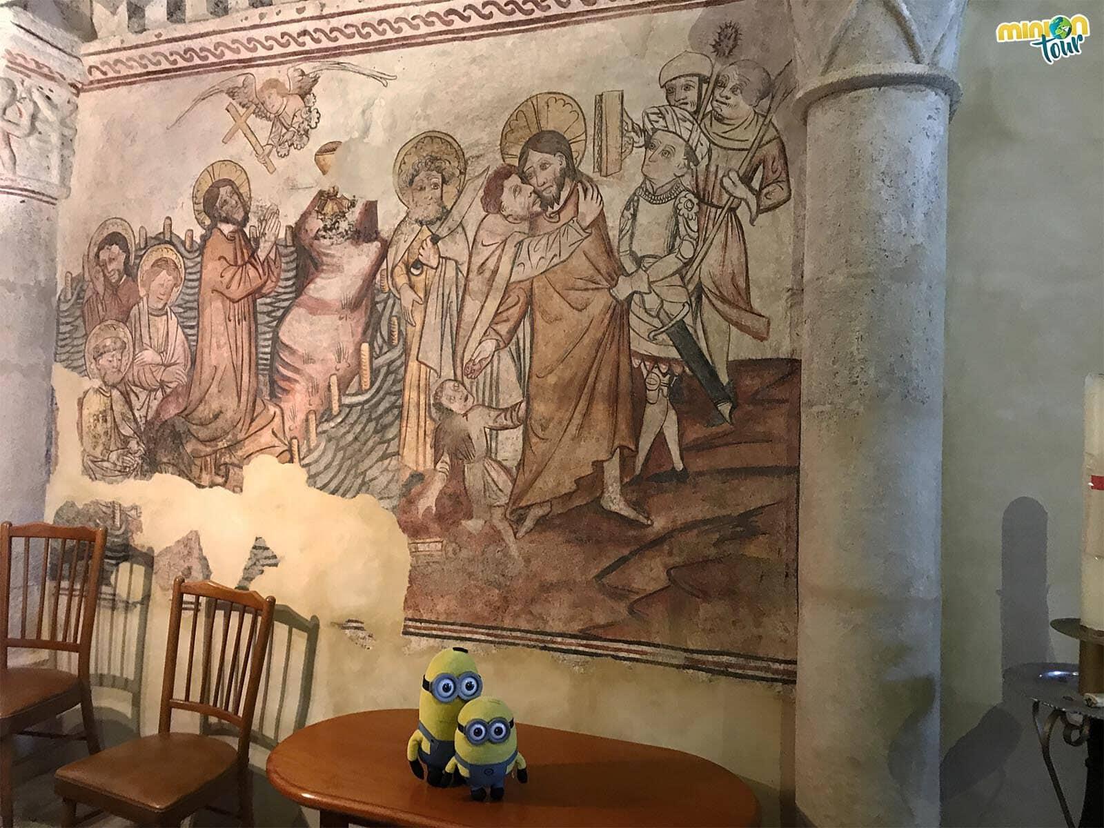Los Minions viendo las pinturas murales de la Capilla Sixtina gallega