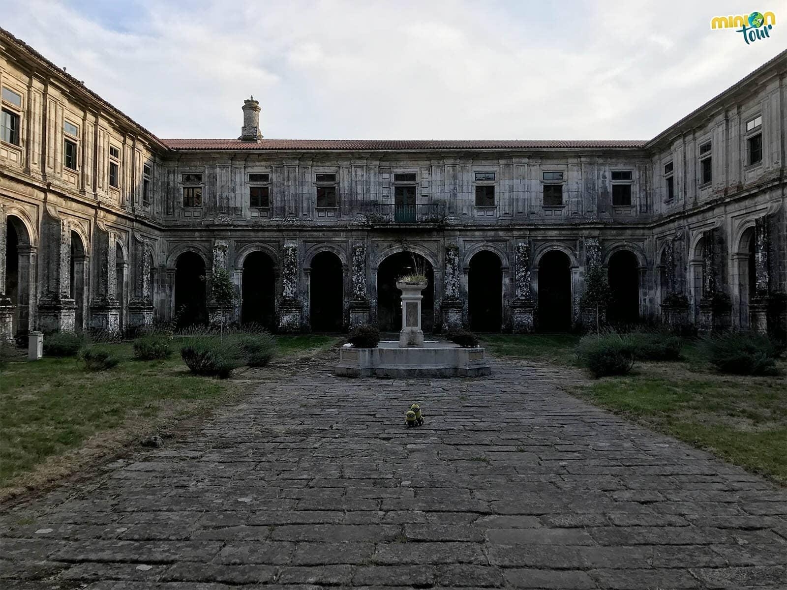Visitando el Claustro de los Caballeros del Monasterio de Oseira en Cea