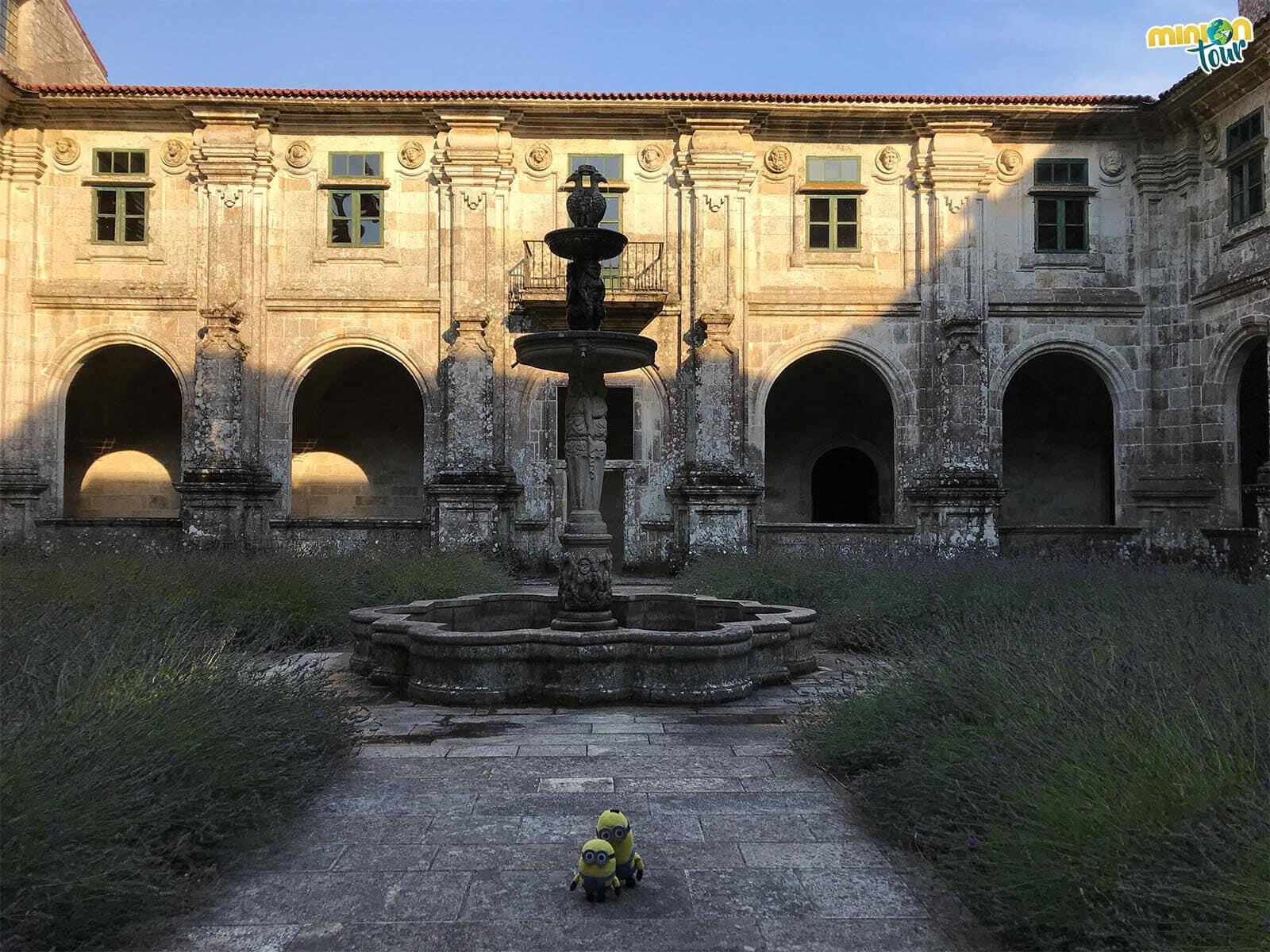 Minions visitando el Claustro de Medallones del Monasterio de Oseira