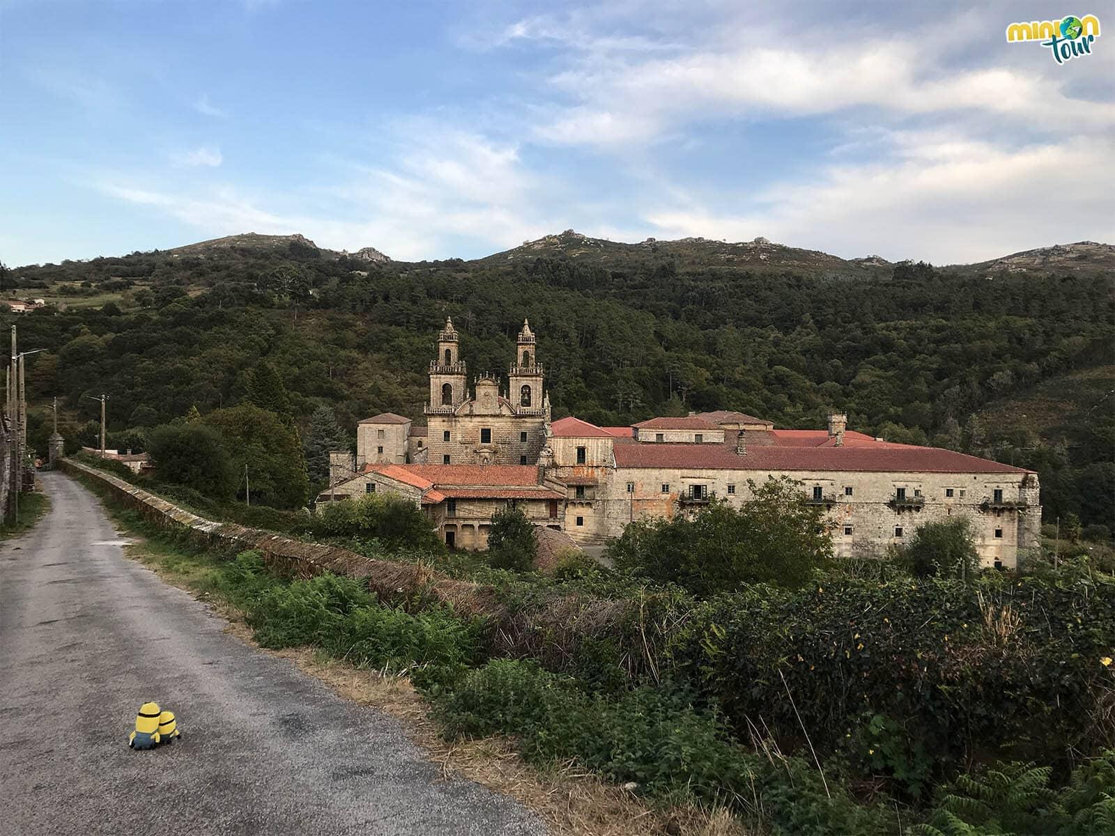 Los Minions llegando al Monasterio de Santa María la Real de Oseira