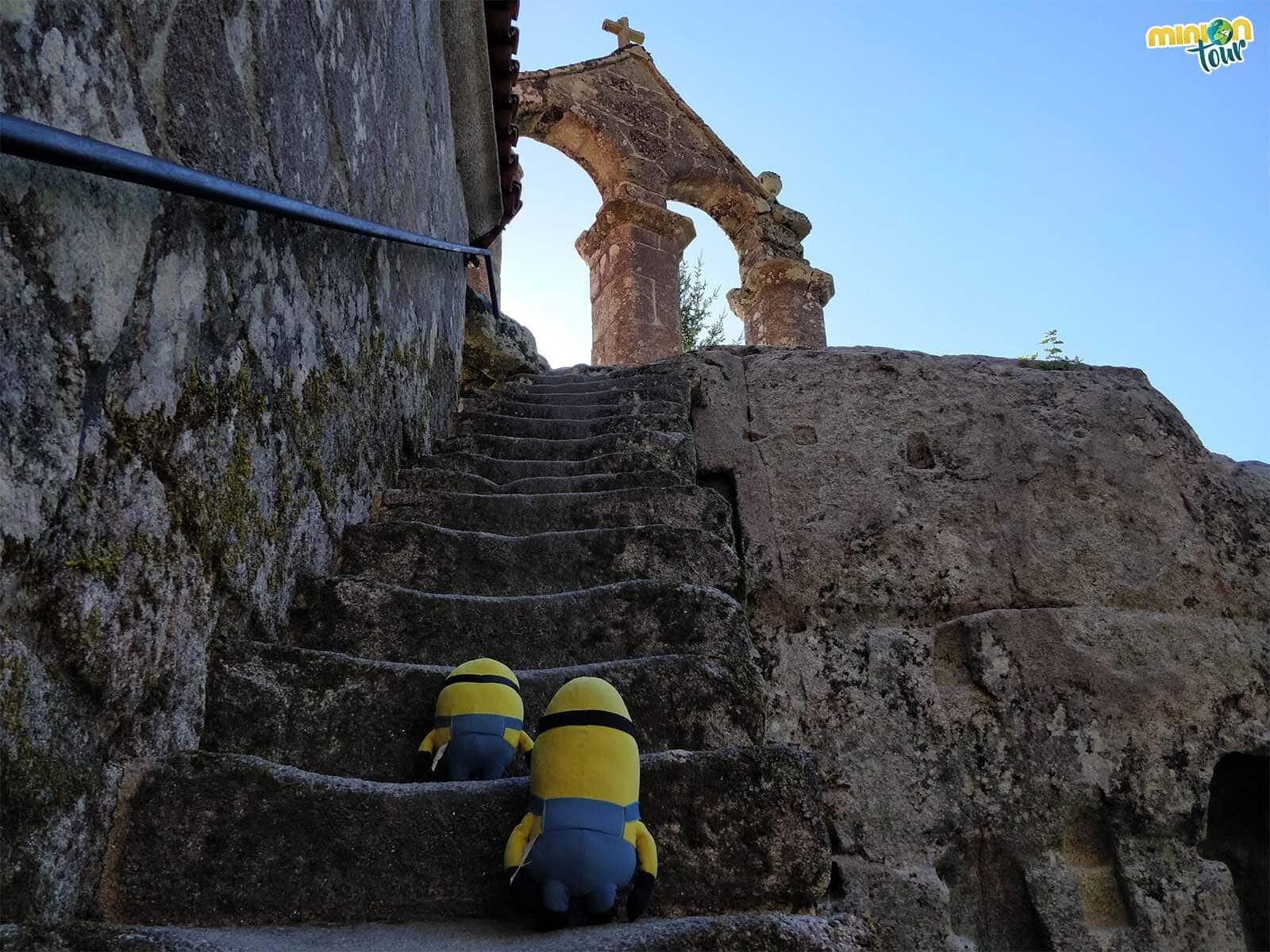 Minions subiendo al campanario del Monasterio de San Pedro de Rocas