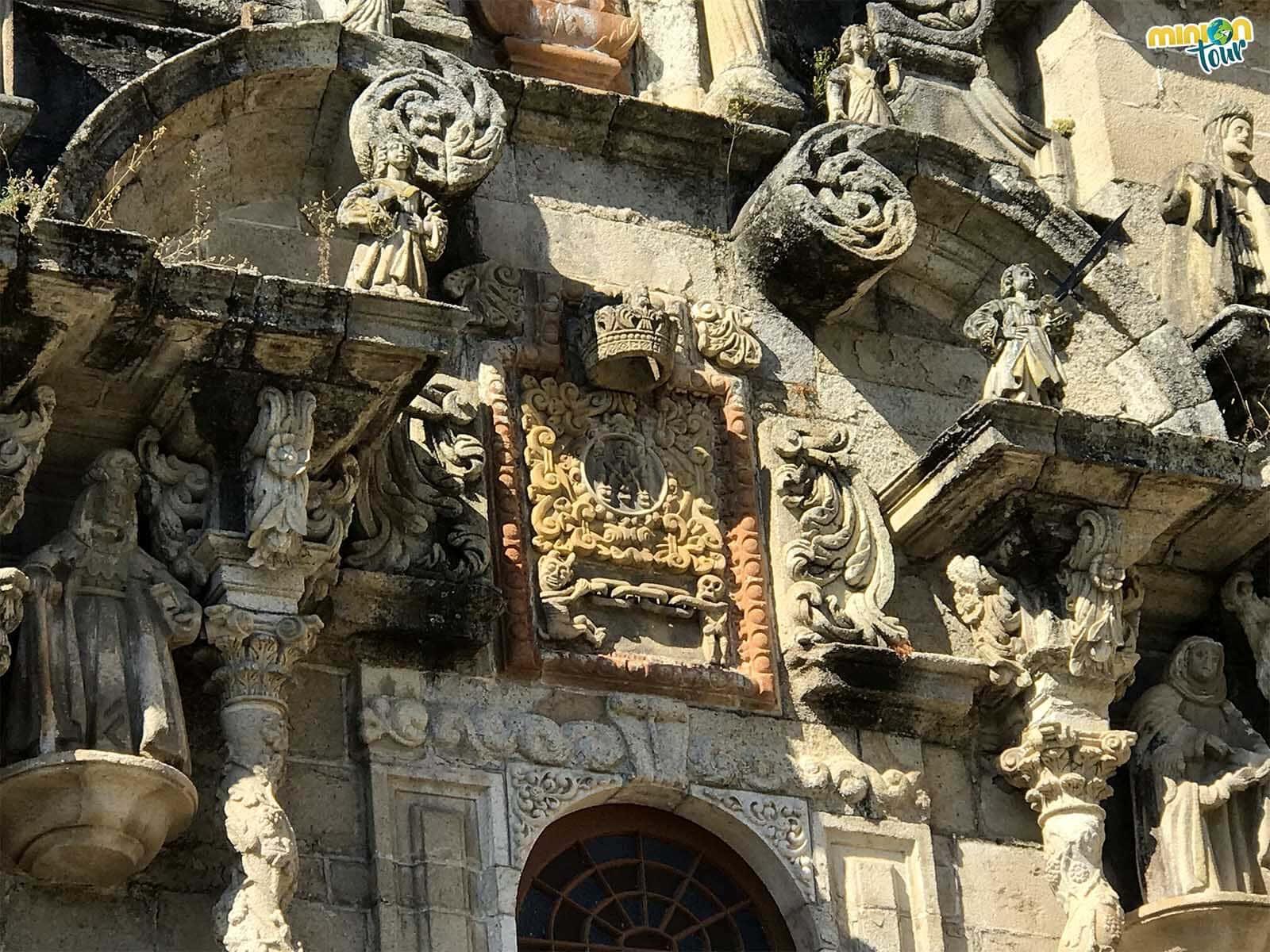 Este es el escudo mariano de la fachada del santuario