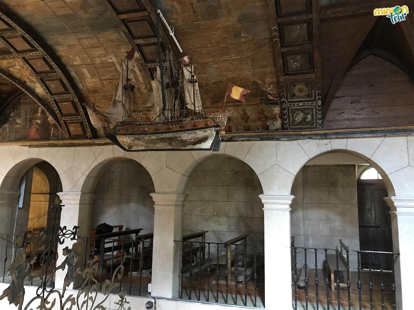 Del techo del santuario cuelga un barquito muy chulo