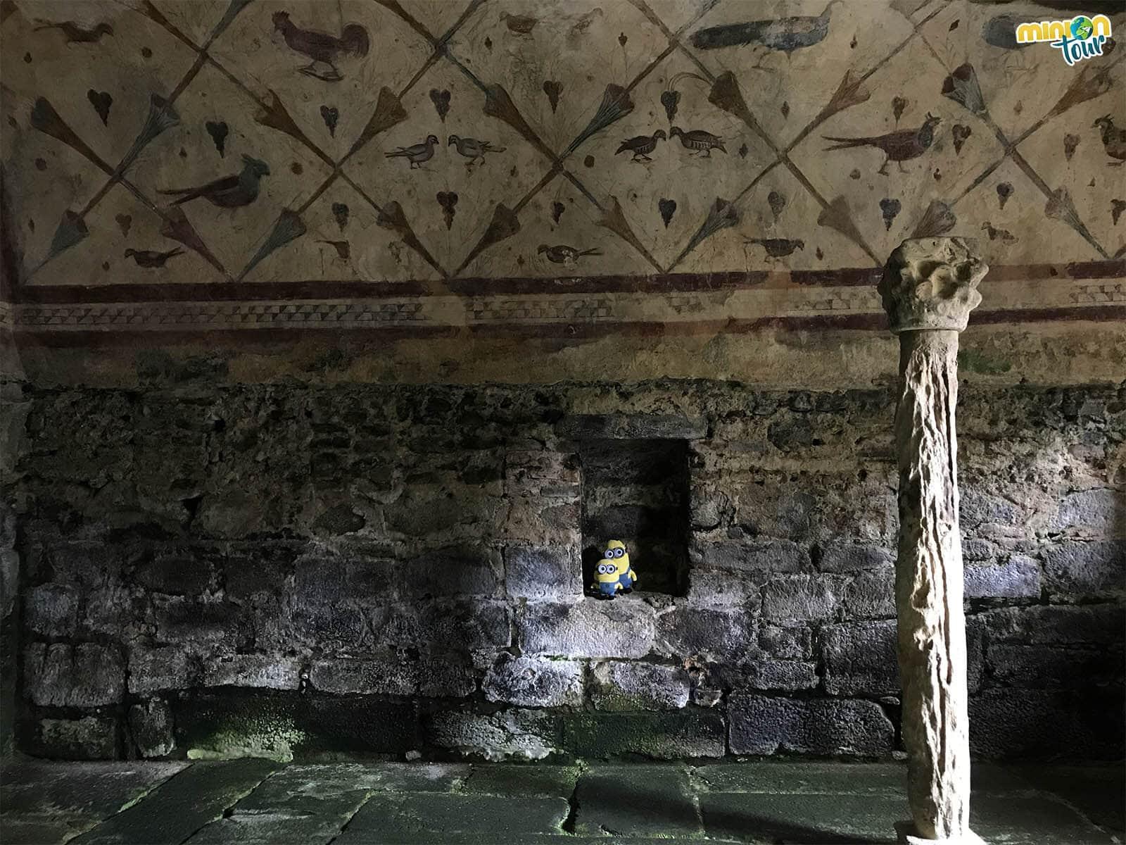 Minions analizando las pinturas de Santa Eulalia de Bóveda