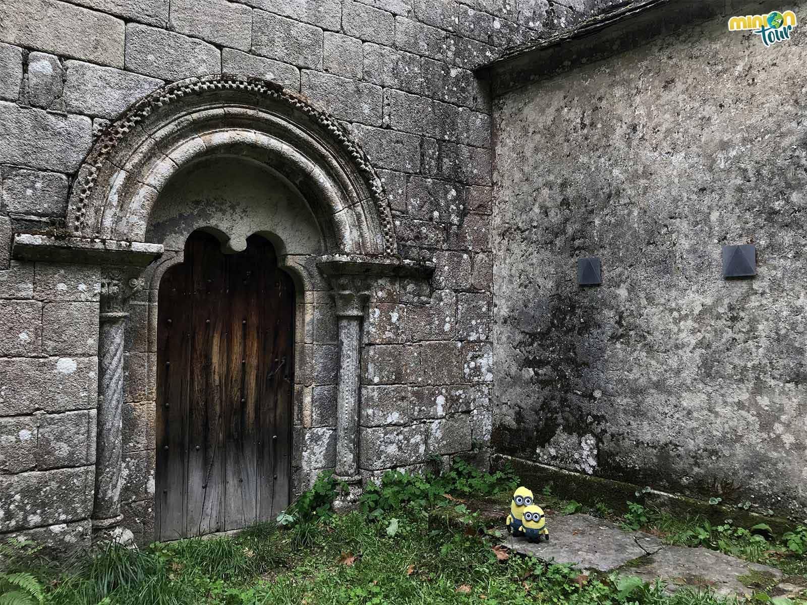 Cotilleando la portada lateral de la Iglesia románica de San Miguel de Bacurín
