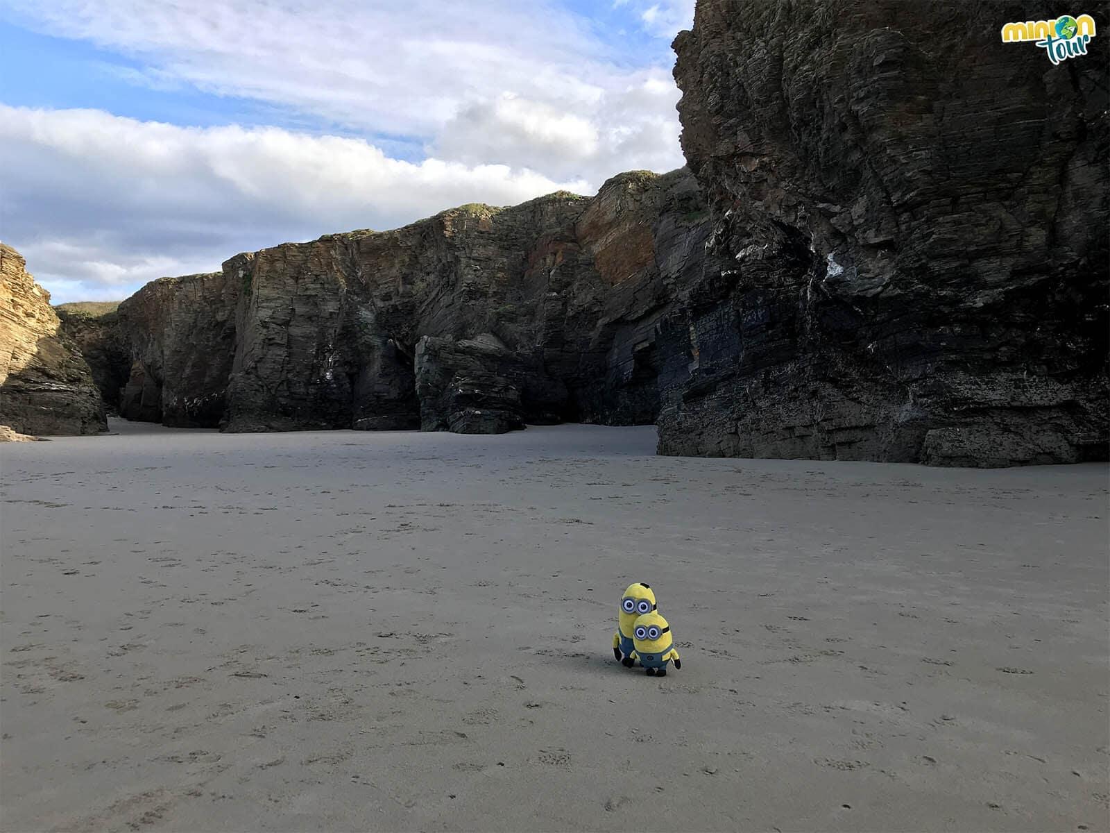 Los Minions solitos en la Playa de las Catedrales