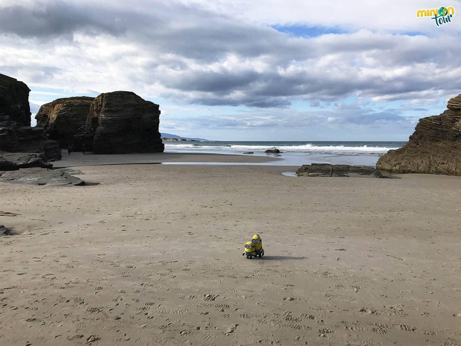 Minions paseando solitos por la Playa de las Catedrales