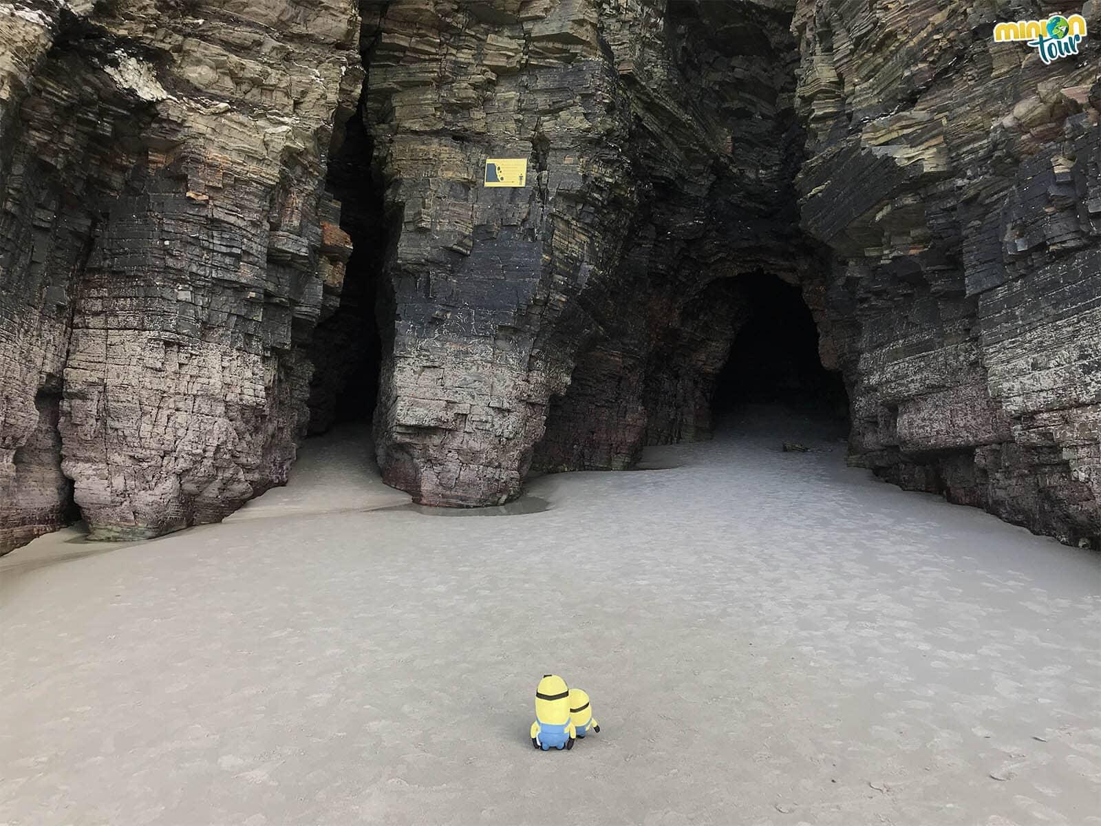 Investigando las cuevas de la Playa de las Catedrales