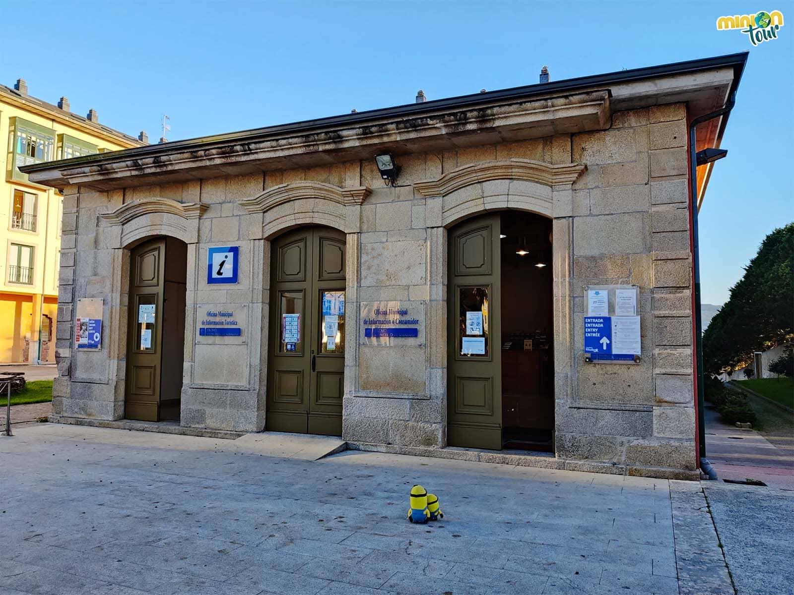 Minions entrando en la Oficina de Turismo de Ribadeo
