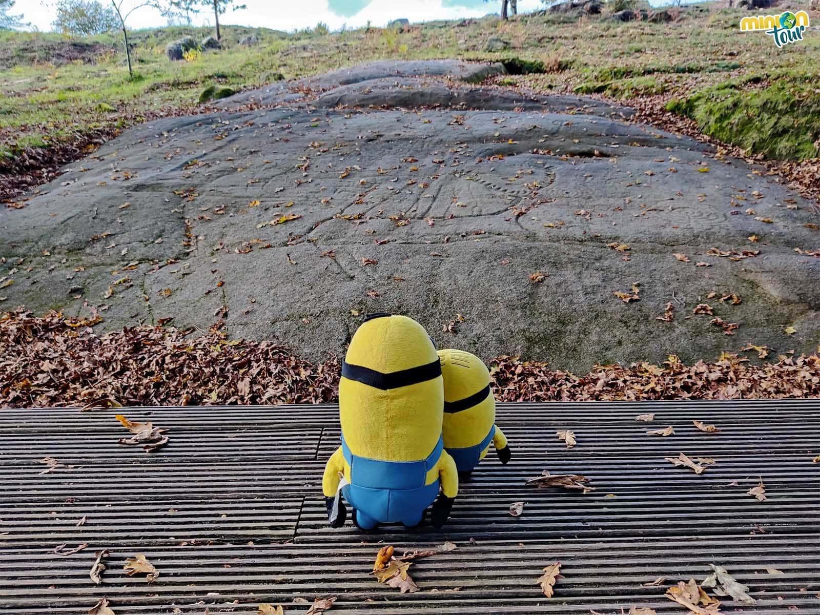 Admirando uno de los petroglifos más bonitos de Galicia