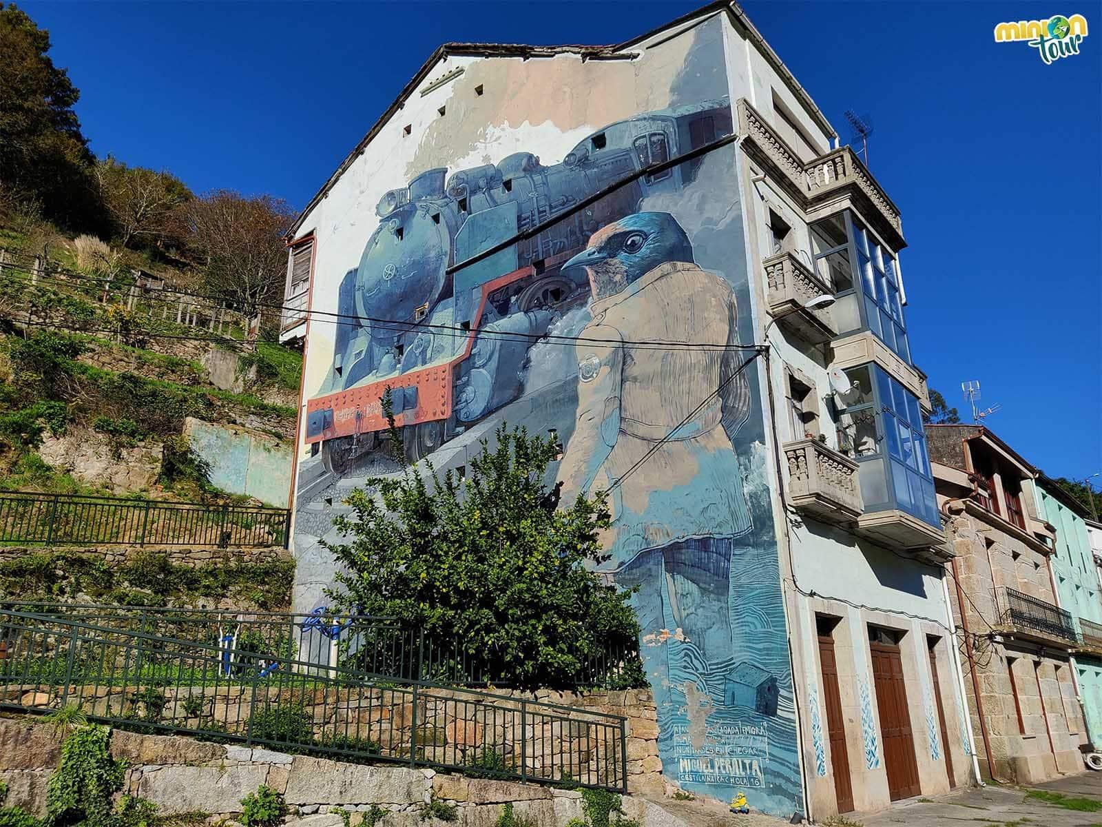 El mural de un tren no podía faltar en el barrio de la Estación
