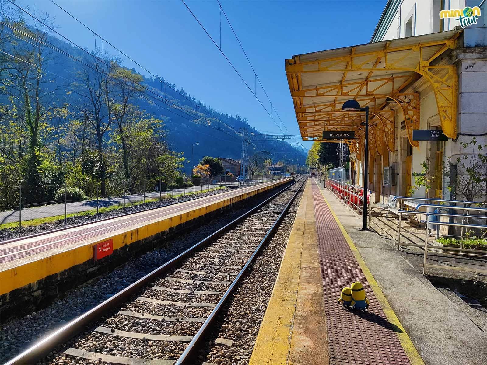 Esperando el tren en la estación de Os Peares