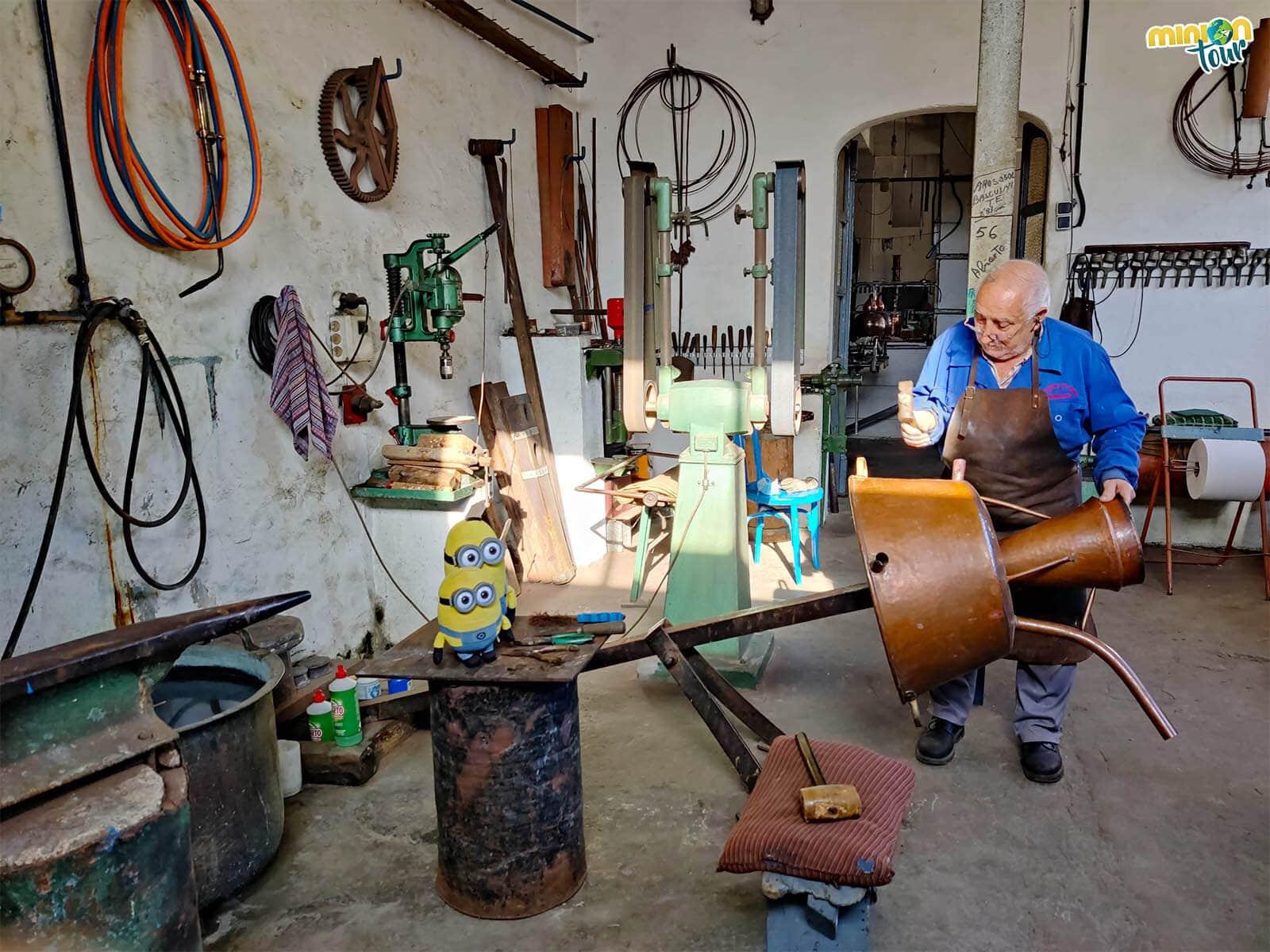 Aprendiendo a restaurar un alambique en el Taller de Manolete