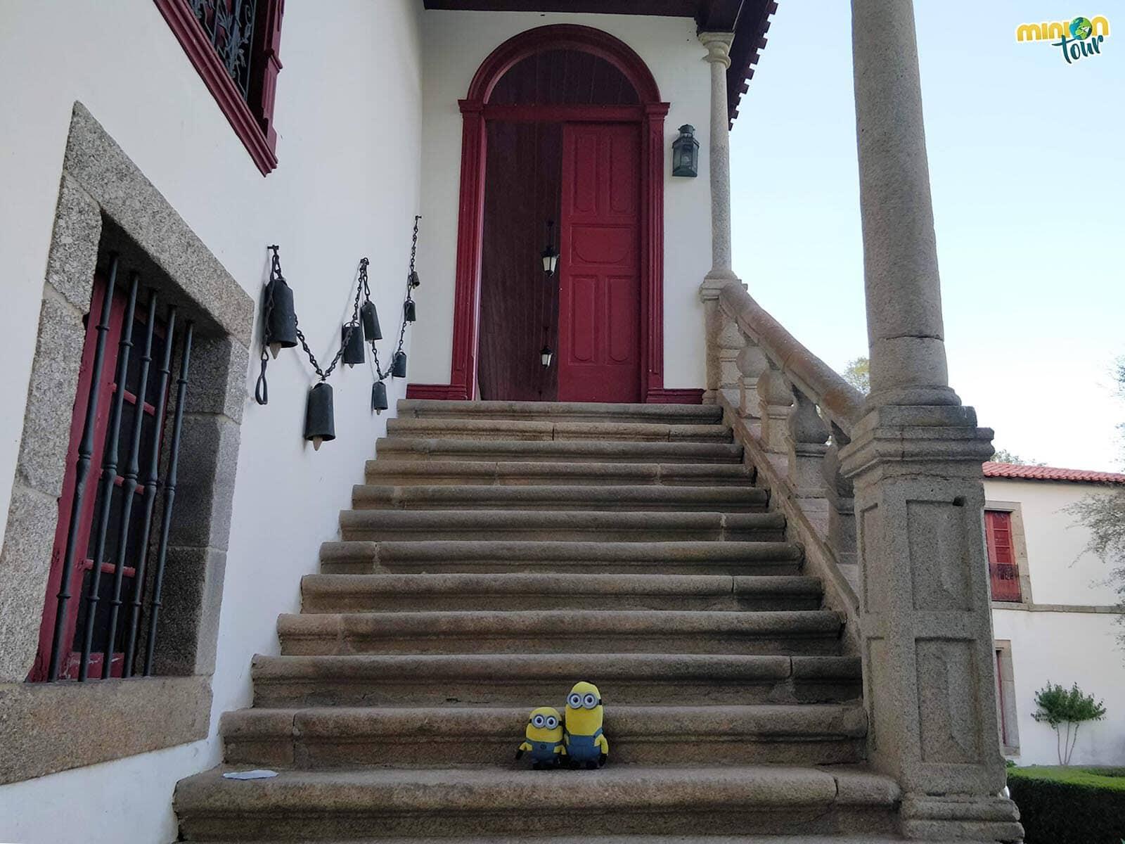 Los Minions subiendo por las escaleras barrocas al edificio principal