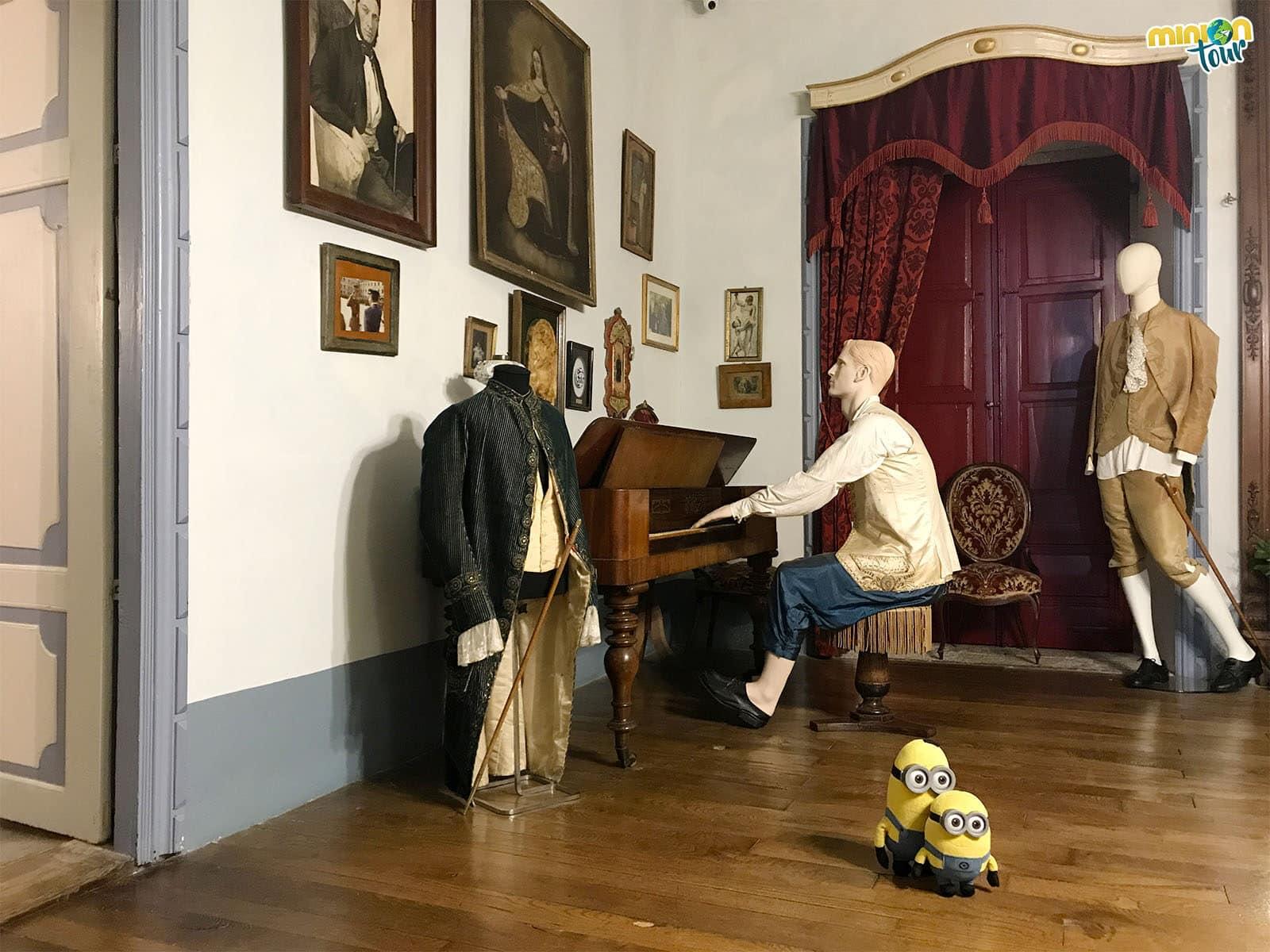 Le vamos a pedir que nos enseñe a tocar el piano