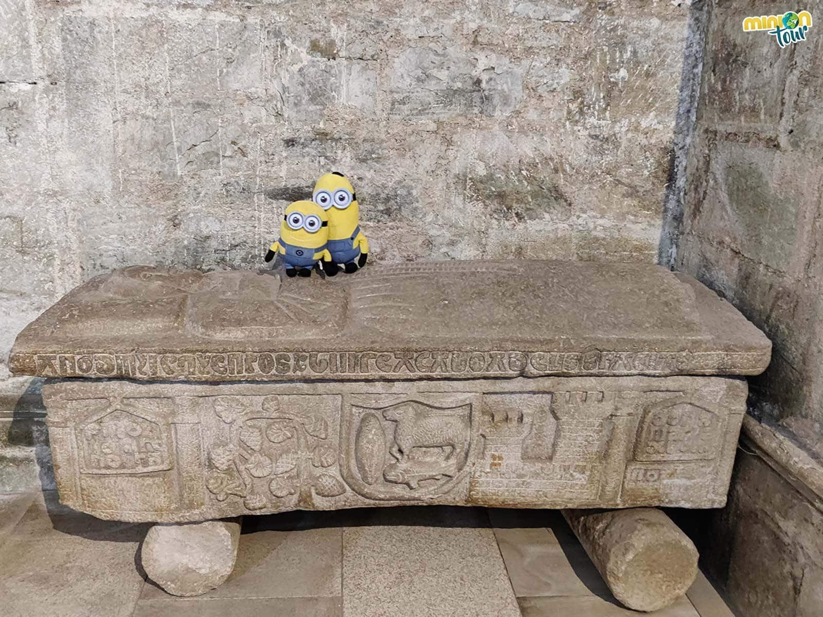 Minions alucinado con el sarcófago de doña María de Bolaño