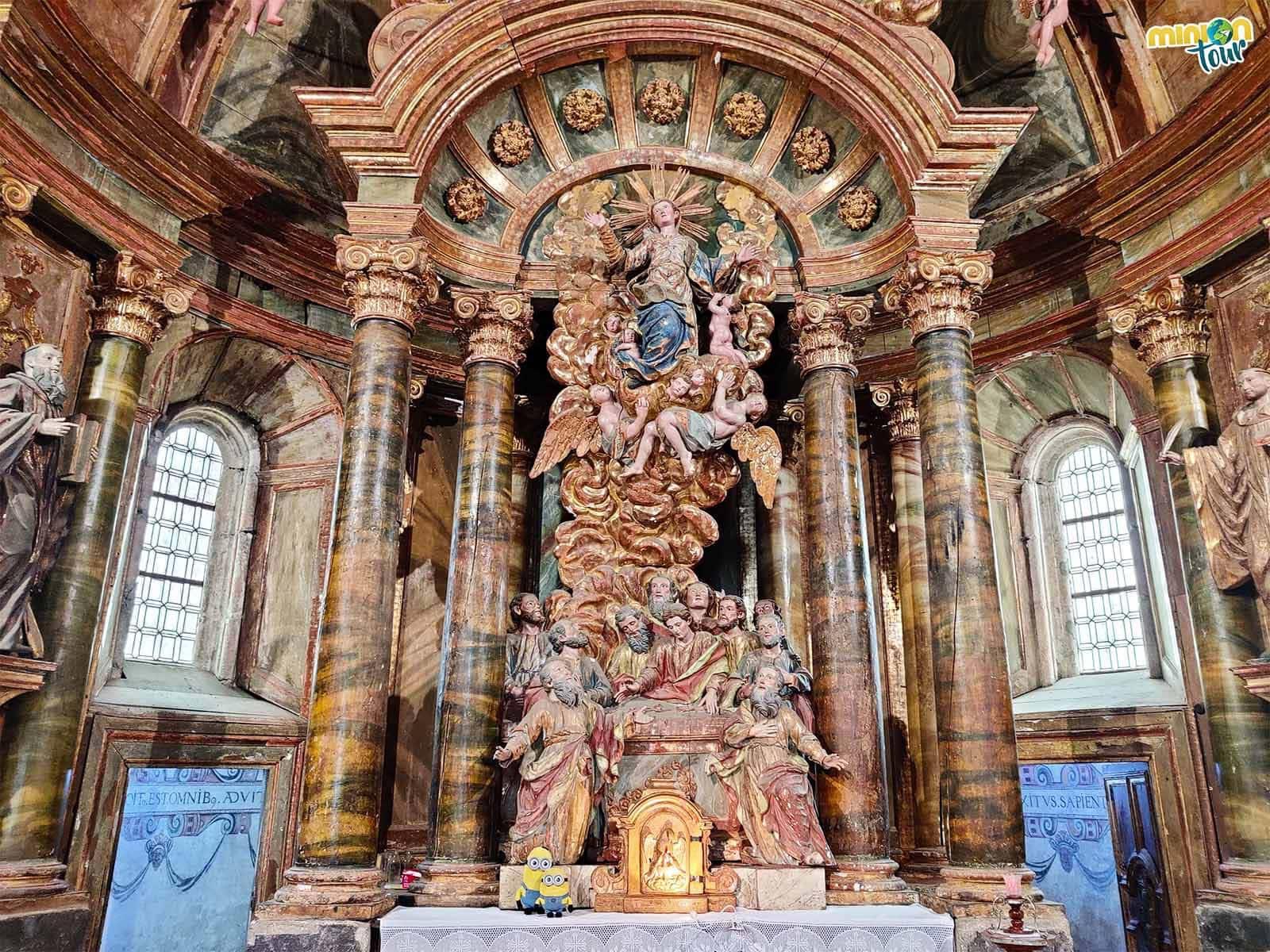 Minions posando con el retablo de la Asunción de la Virgen