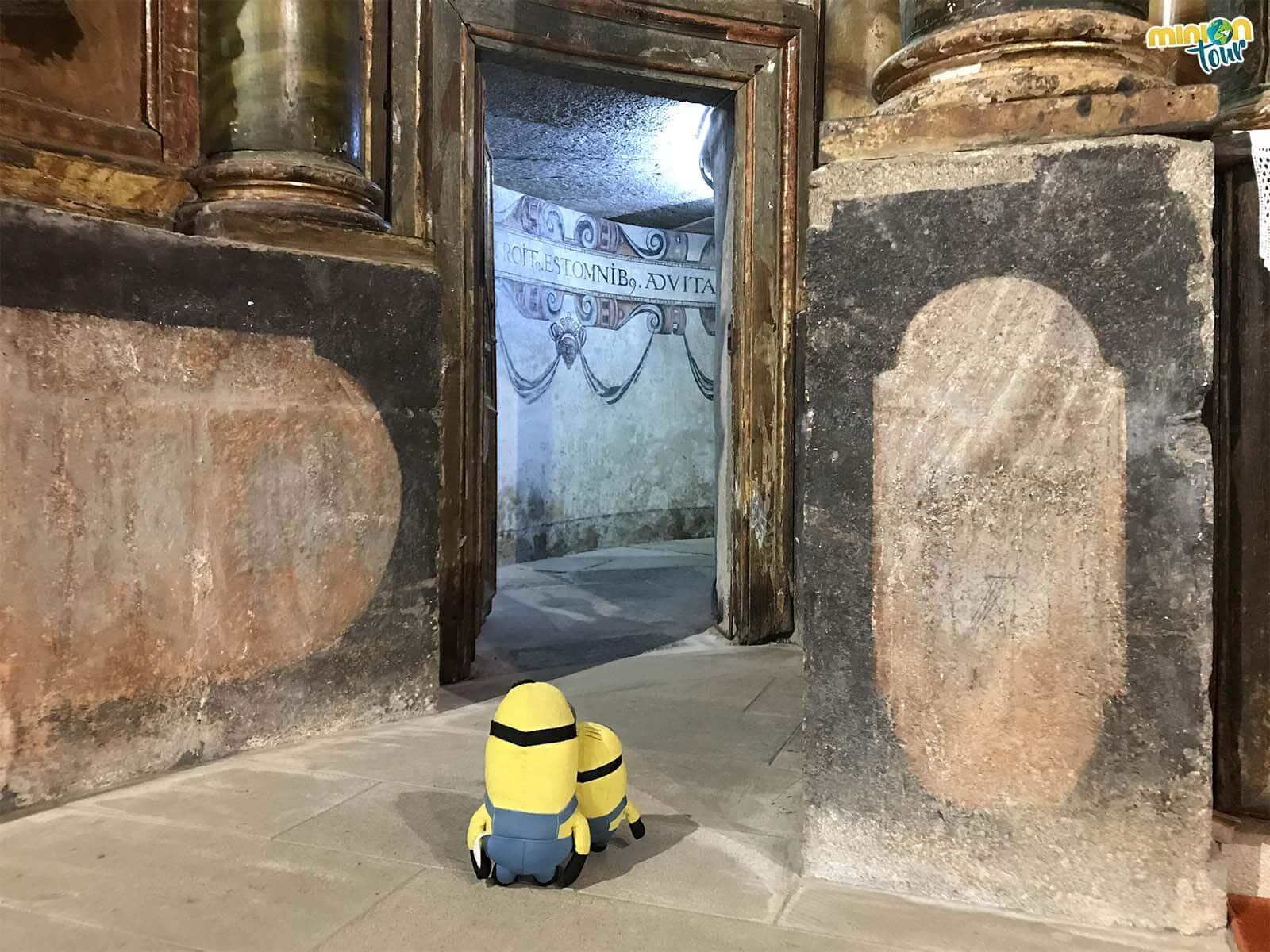 Minions entrando por el pasadizo secreto del Monasterio de Santa María de Meira
