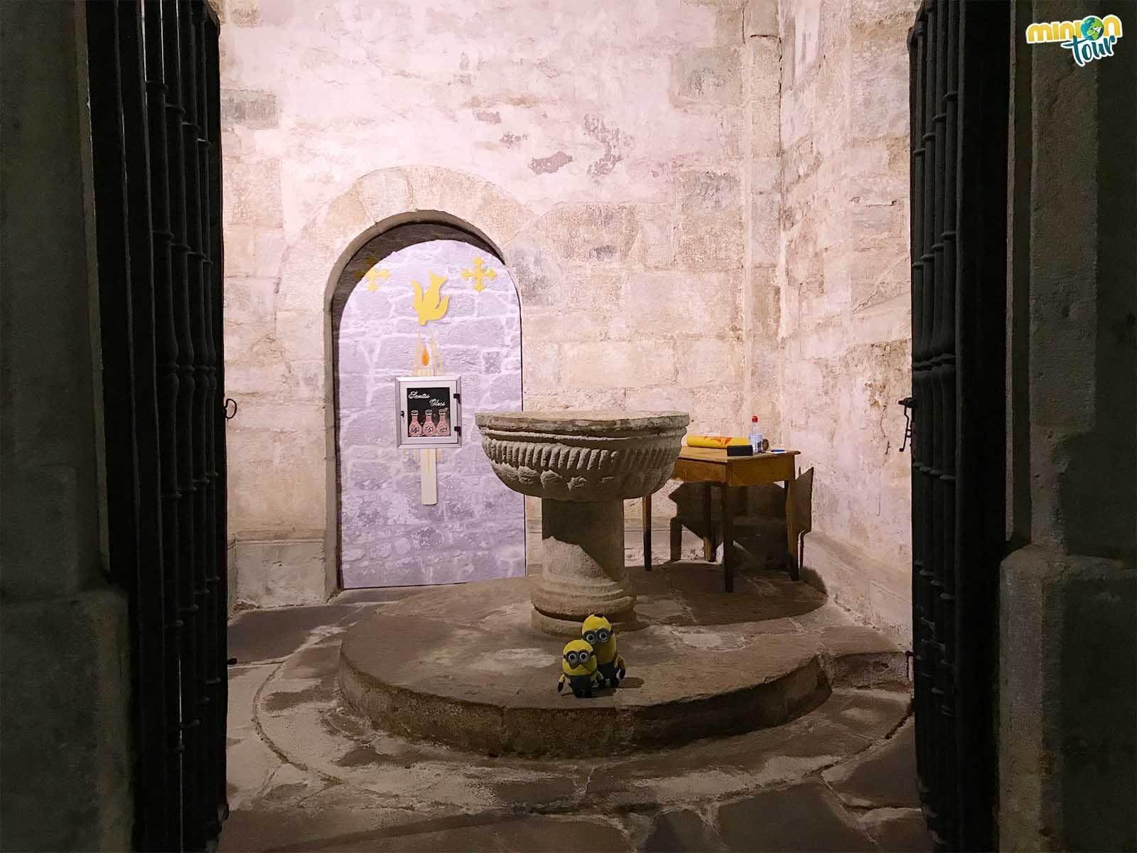 Dos Minions en el baptisterio de la Iglesia de Santa María de Meira