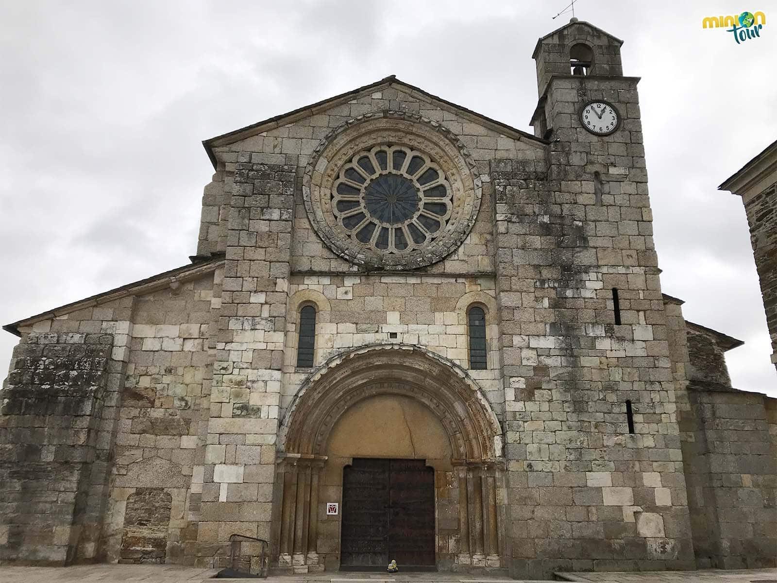 Minions admirando la fachada de la Iglesia de Santa María de Meira