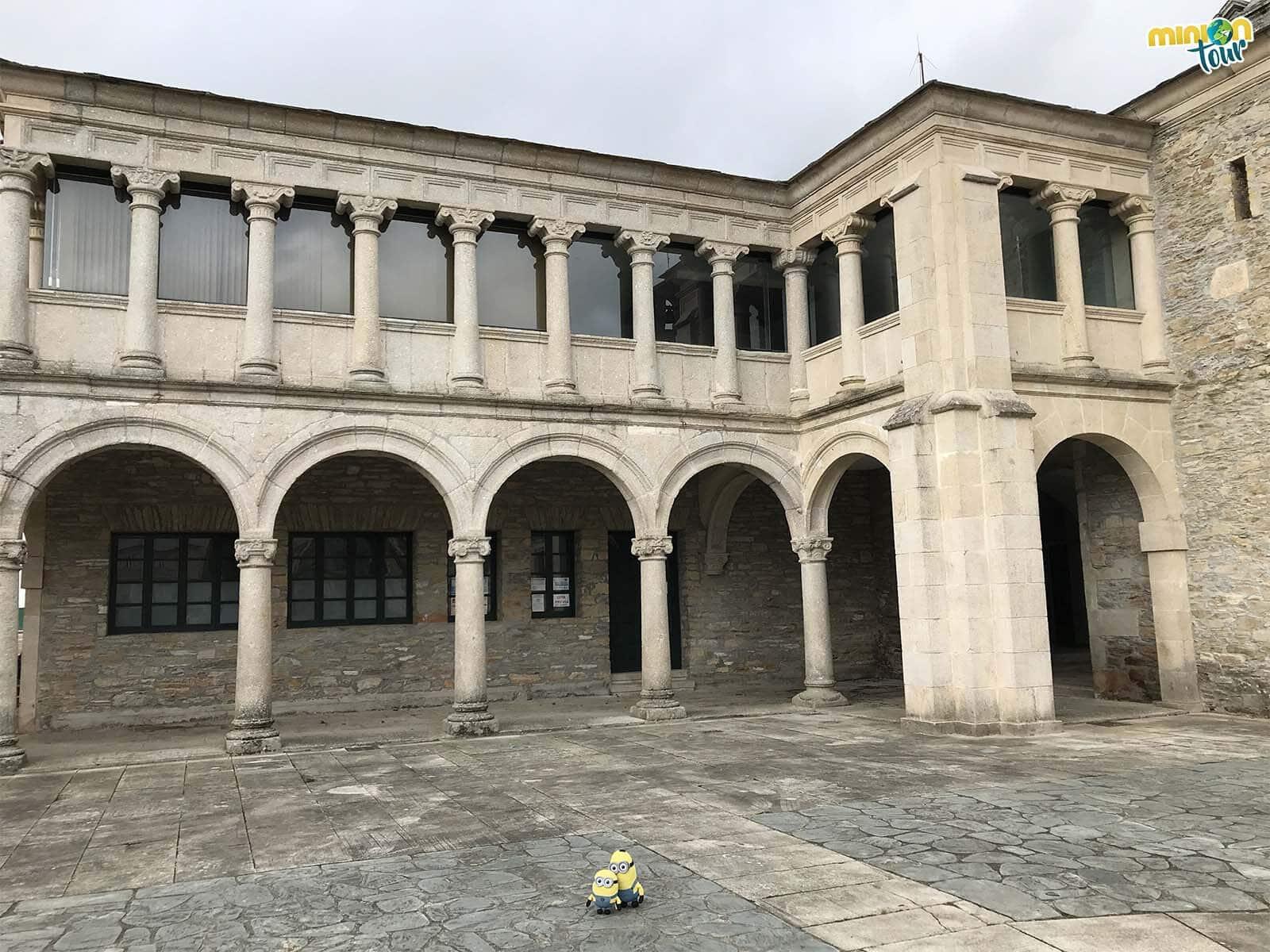 Paseando por lo que queda del claustro de Santa María de Meira
