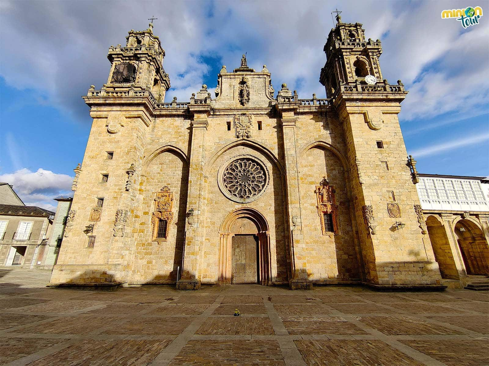 Los Minions saludando a la Catedral de Mondoñedo