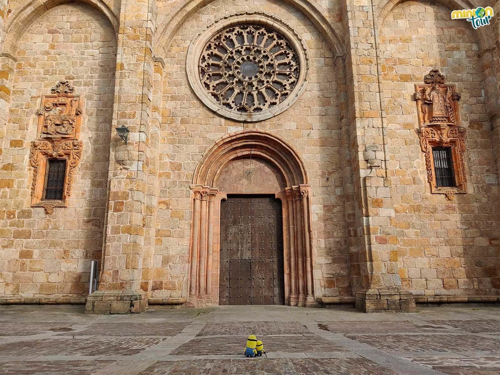 Mirando la fachada de la Catedral de Mondoñedo