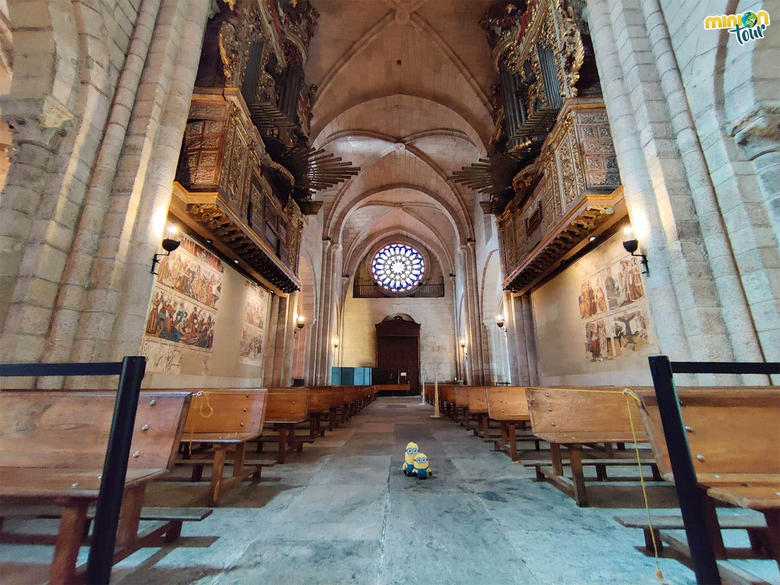 Interior de la Catedral de Mondoñedo con el rosetón al fondo
