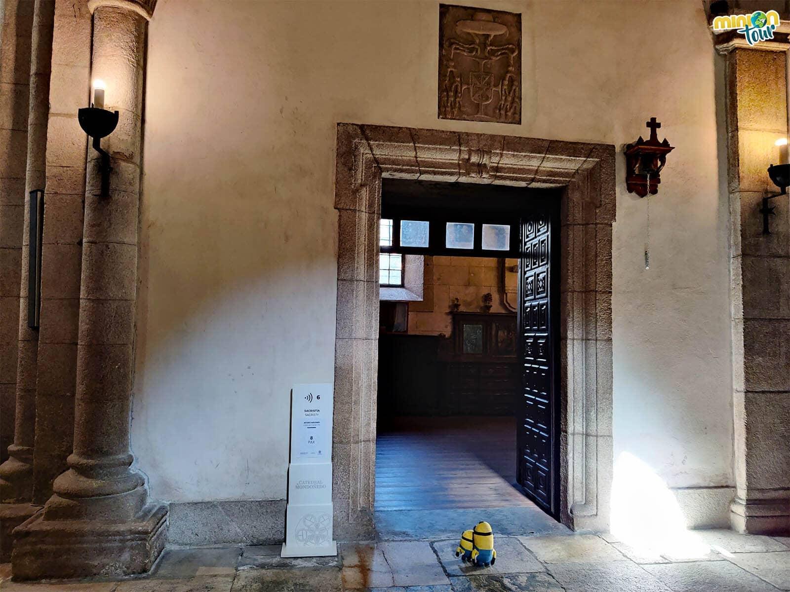 La puerta de la sacristía es de cuero