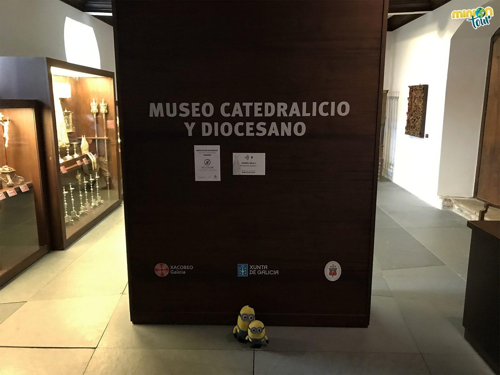 Minions entrando en el Museo Catedralicio y Diocesano de la Catedral de Mondoñedo