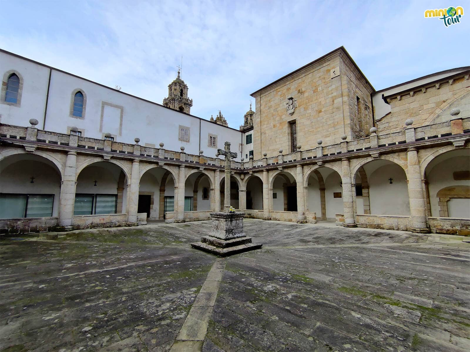 Disfrutando del claustro de la Catedral de Mondoñedo