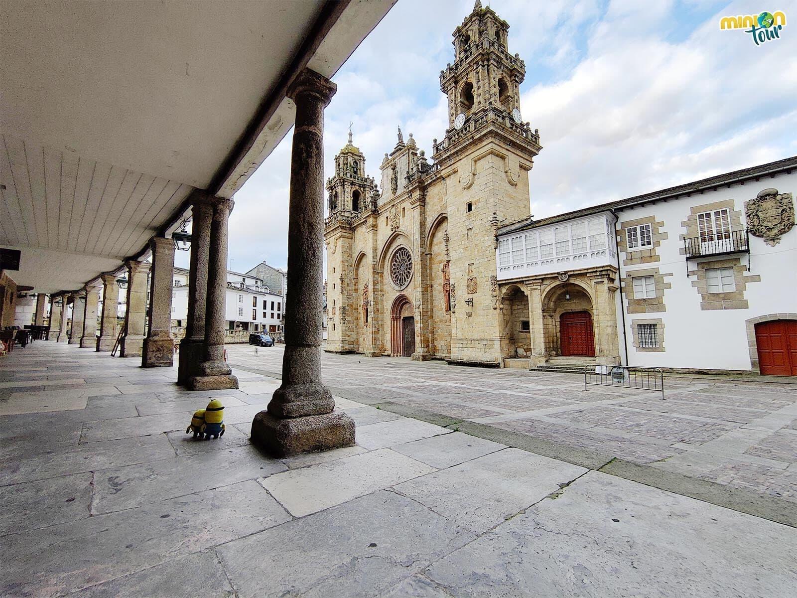 Minions mirando la Catedral de Mondoñedo y el Palacio Episcopal