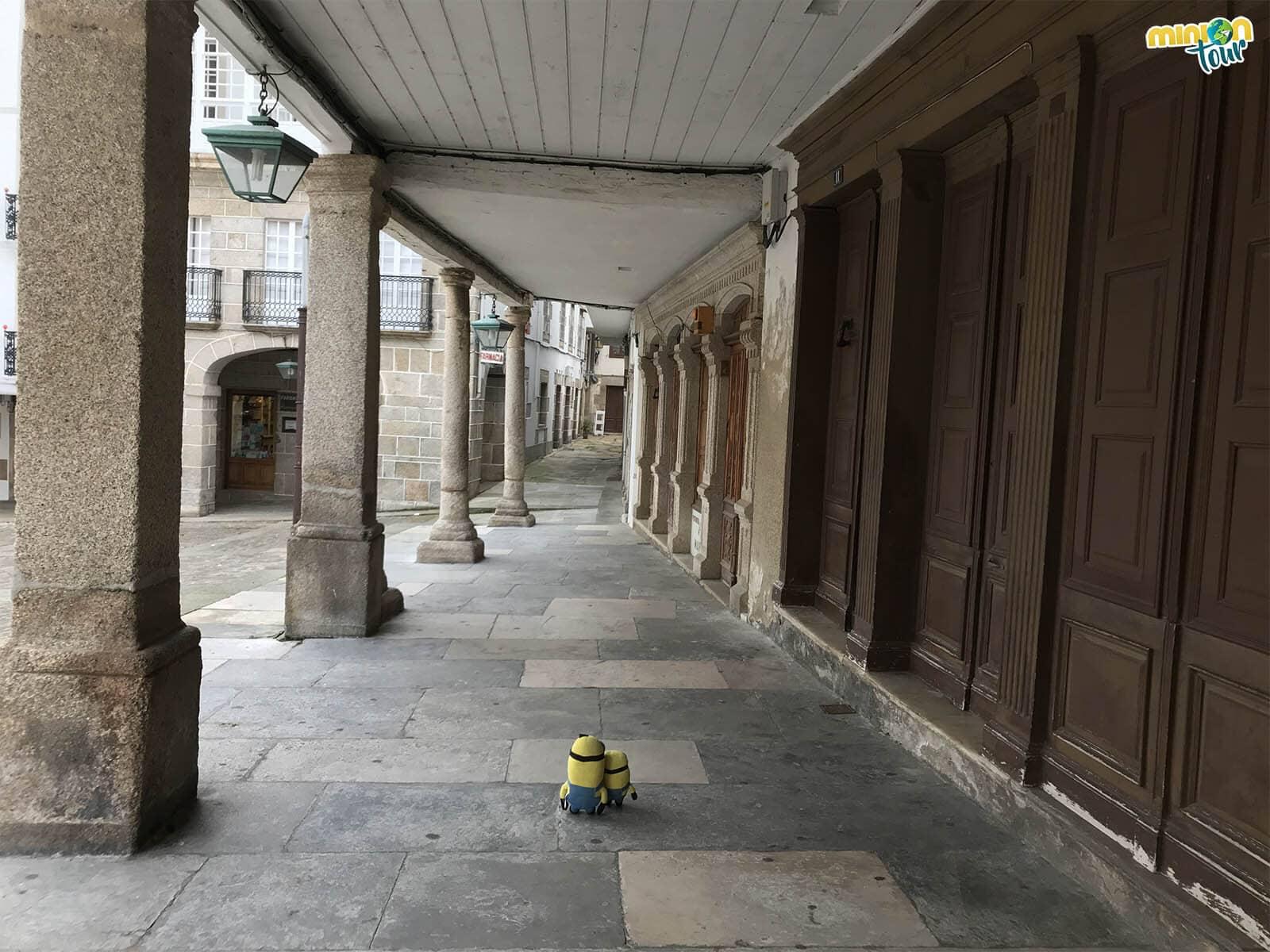 Estamos paseando por los soportales de la Plaza de la Catedral de Mondoñedo