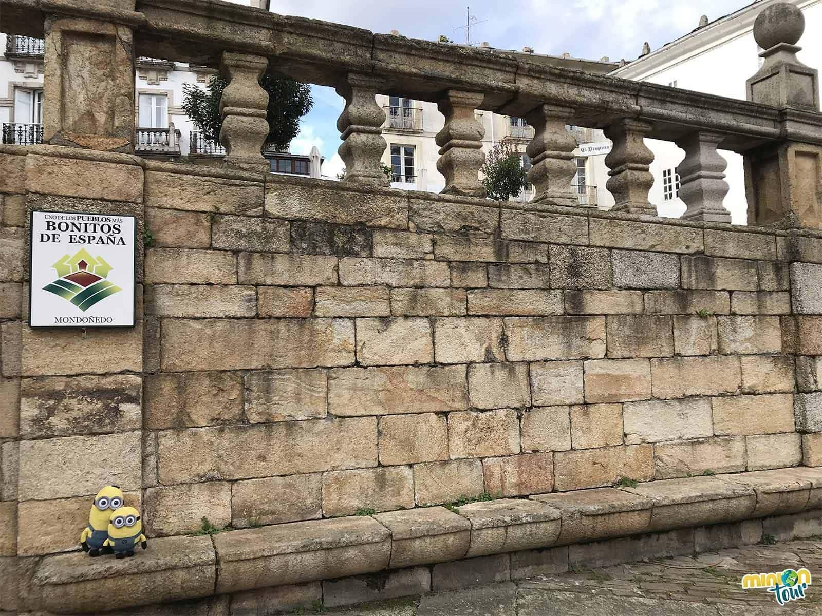 Minions con el cartel de Los Pueblos Más Bonitos de España en Mondoñedo