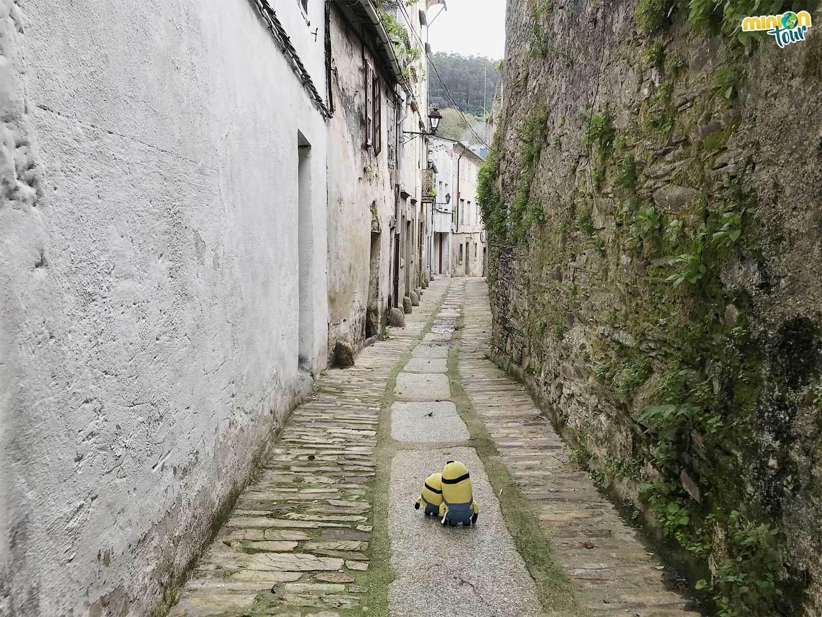 Minions paseando por la antigua muralla de Mondoñedo