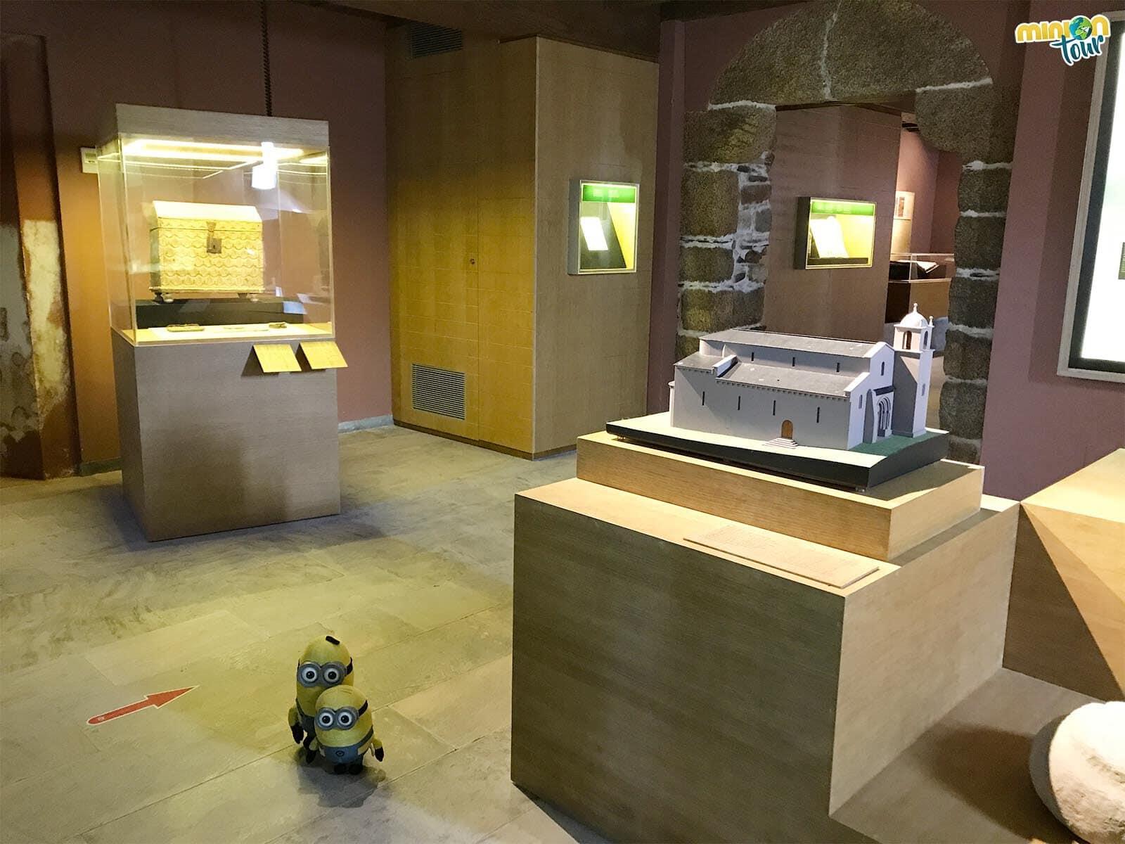 Minions visitando el Museo parroquial de San Martín de Mondoñedo
