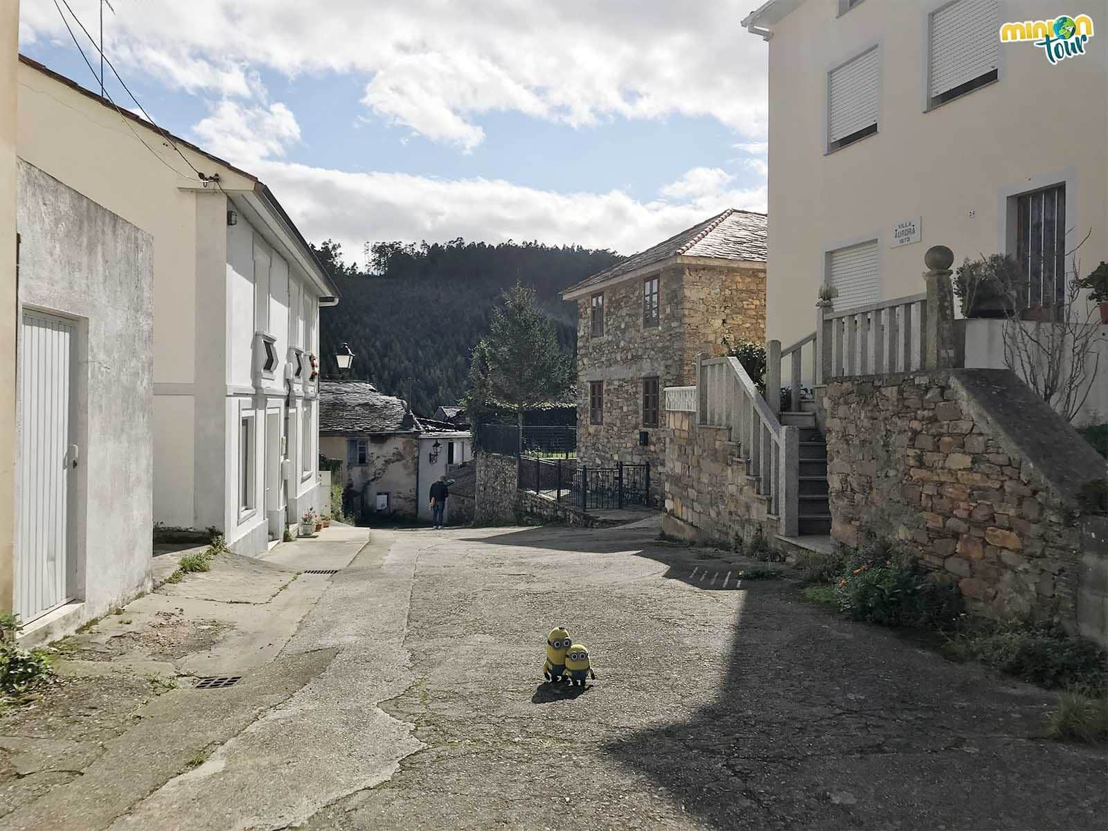 Minions paseando por las calles de San Martín de Mondoñedo