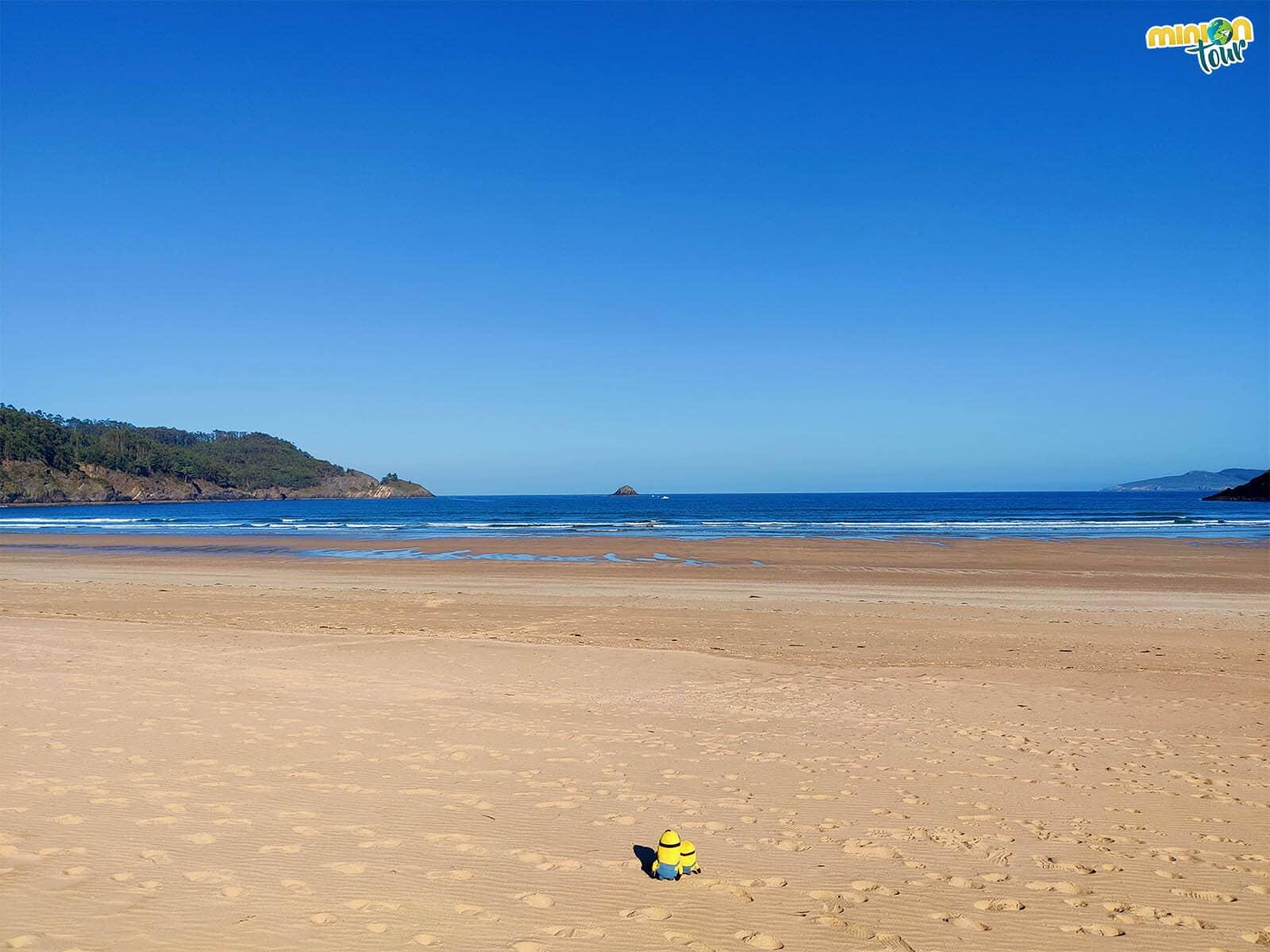 Los Minions en la Playa de Abrela