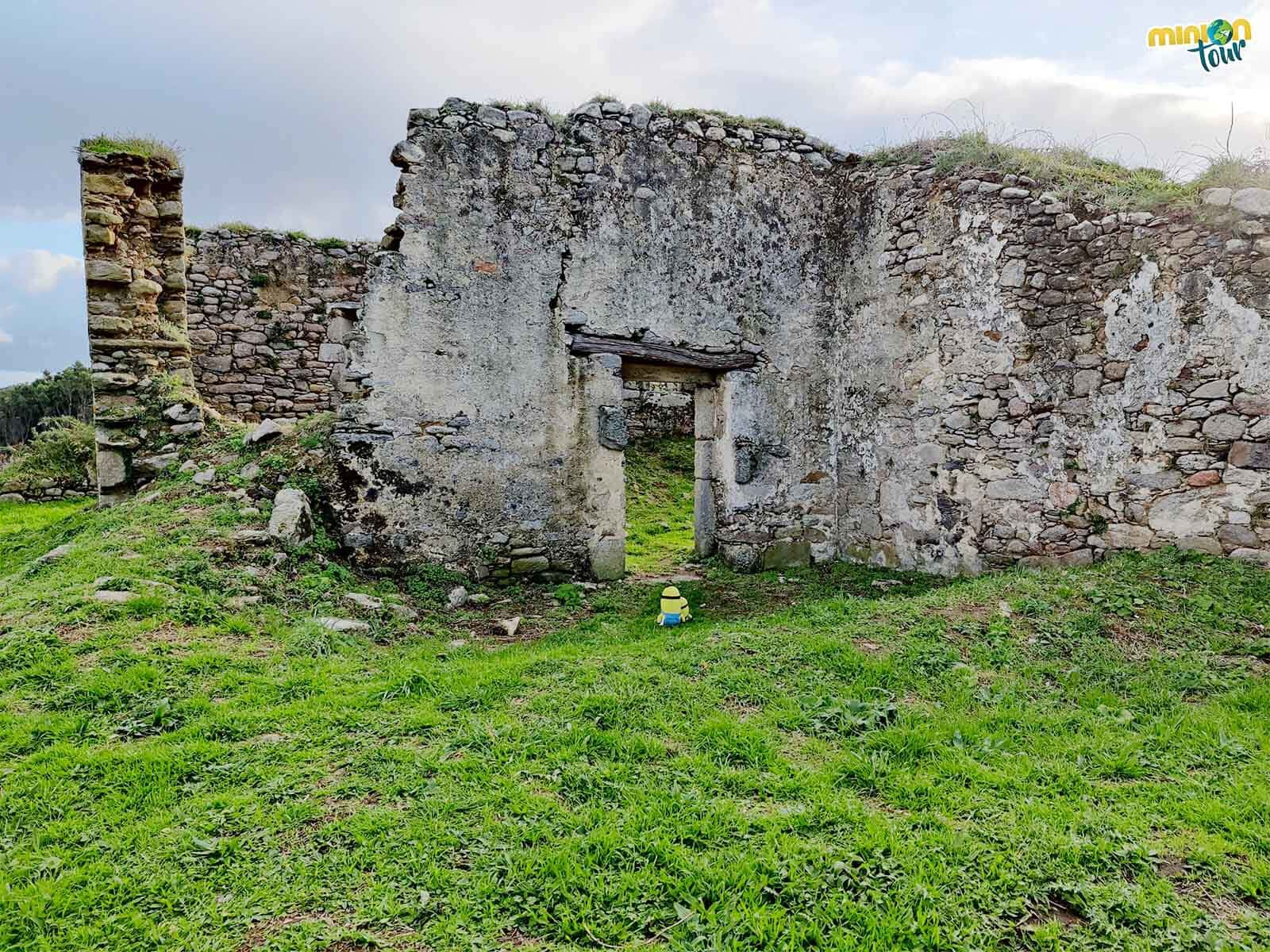 Las ruinas de la Ermita de San Tirso es uno de los sitios que ver en la Mariña Lucense