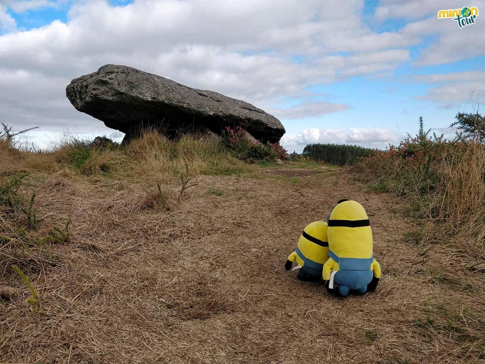 Los Minions acercándose al Dolmen de O Forno dos Mouros