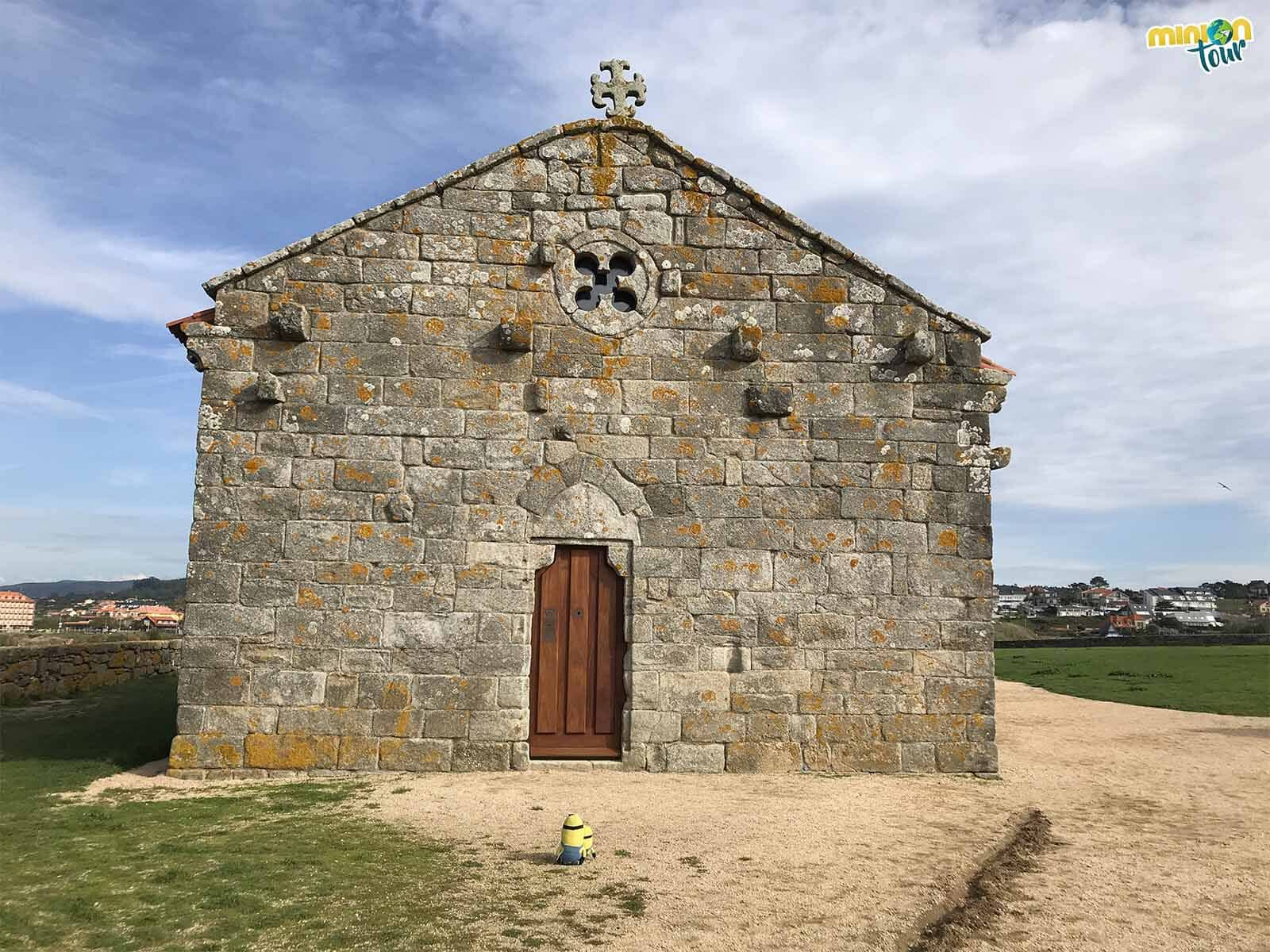La sencillez de la fachada de la Ermita de La Lanzada nos ha conquistado