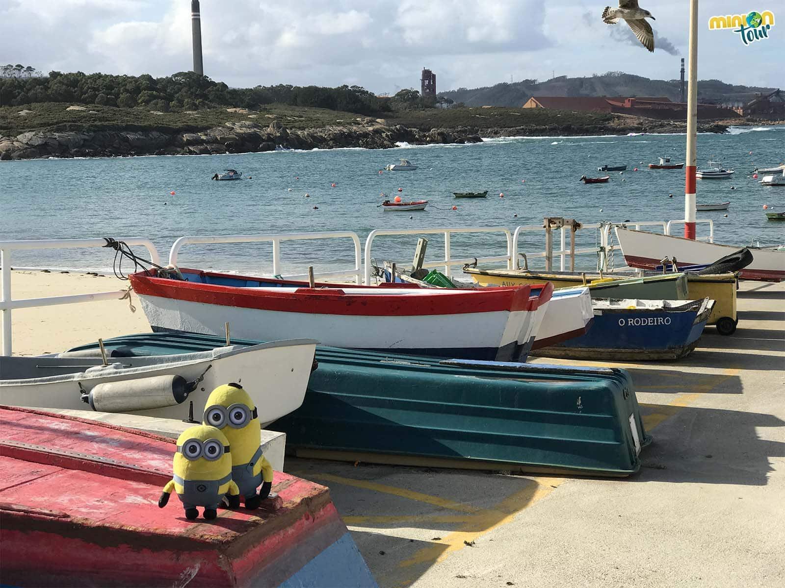 Posando con los barquitos del Puerto de San Cibrao