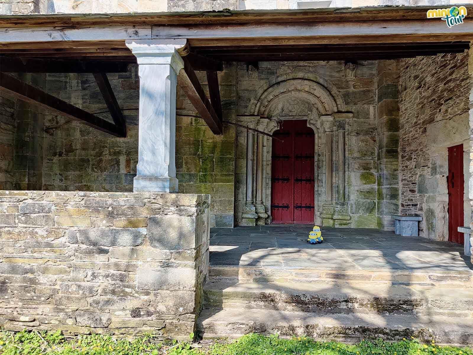 Esta es una de las puertas de entrada al porche